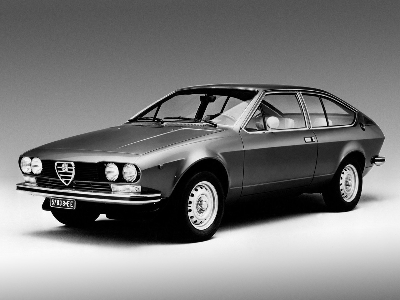 alfa romeo alfetta gt specs photos 1974 1975 1976 1977 1978 1979 1980 autoevolution. Black Bedroom Furniture Sets. Home Design Ideas