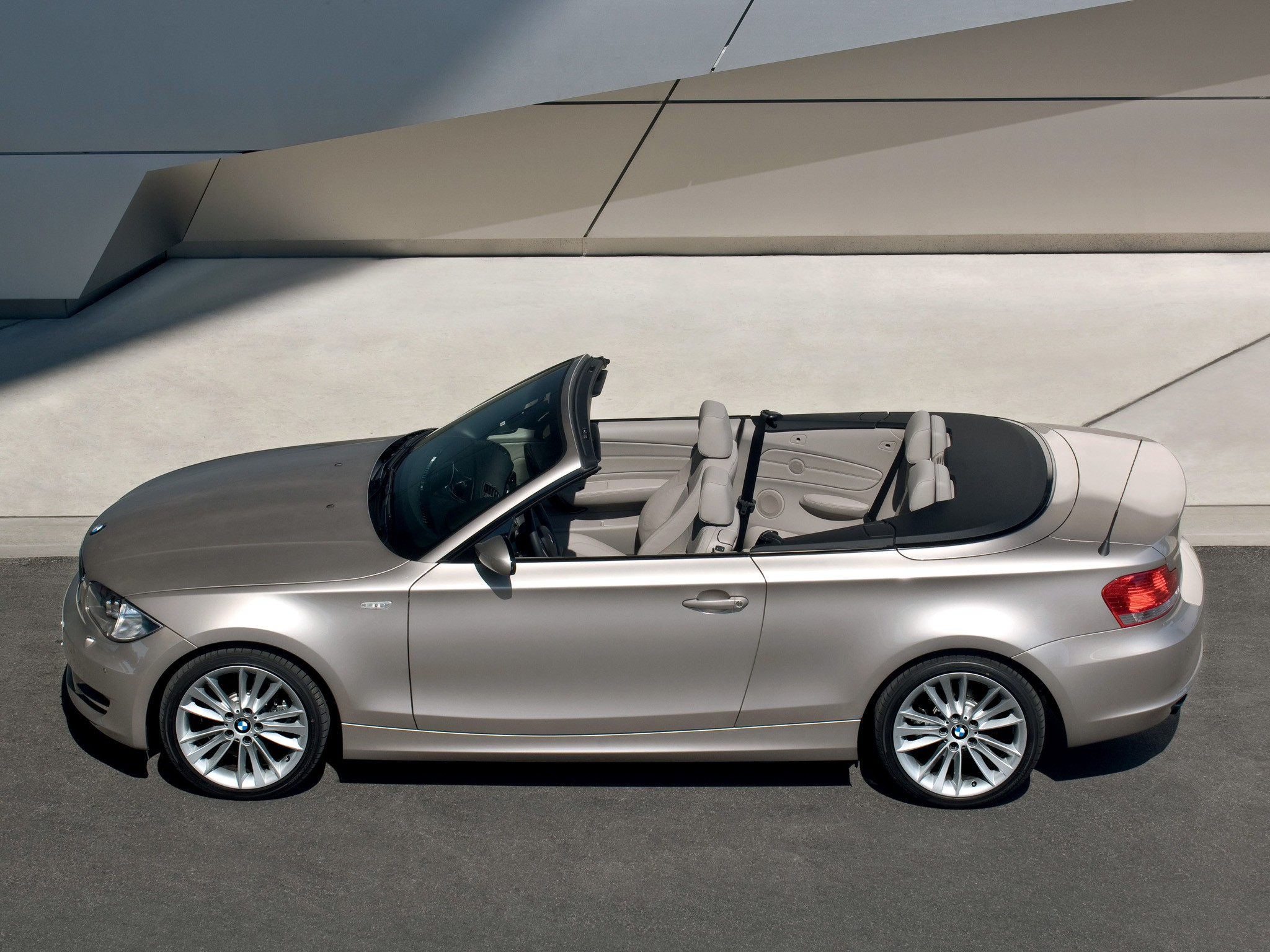 bmw 1 series cabriolet e88 specs 2008 2009 2010 autoevolution. Black Bedroom Furniture Sets. Home Design Ideas