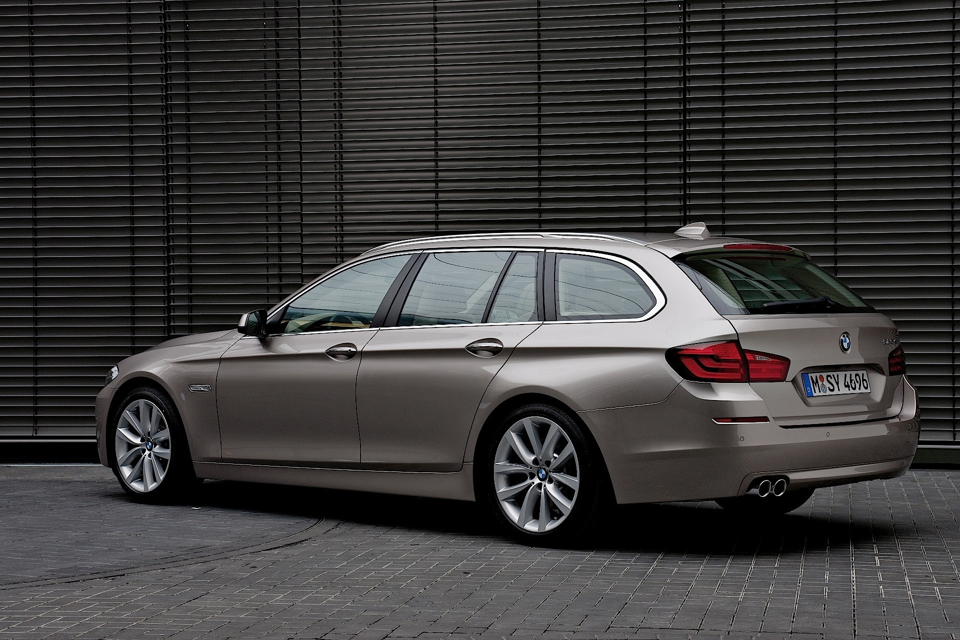 bmw 5 series touring f11 specs 2010 2011 2012 2013 autoevolution. Black Bedroom Furniture Sets. Home Design Ideas