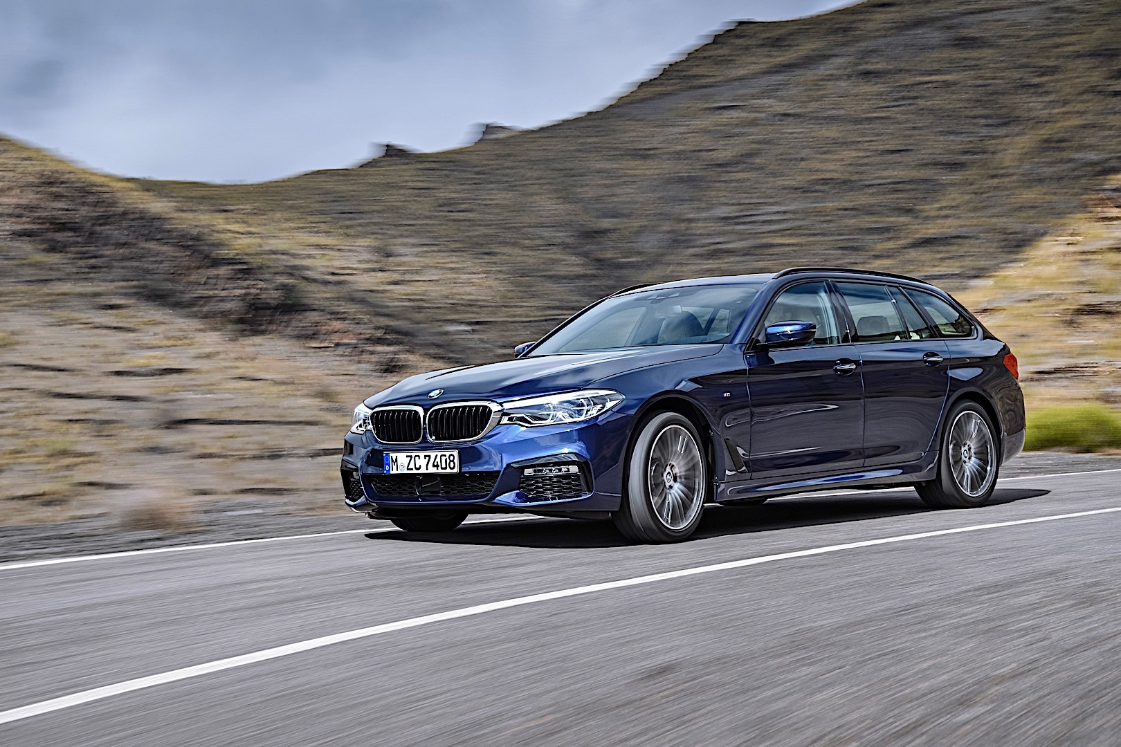 bmw 5 series touring g31 specs 2017 2018 autoevolution. Black Bedroom Furniture Sets. Home Design Ideas