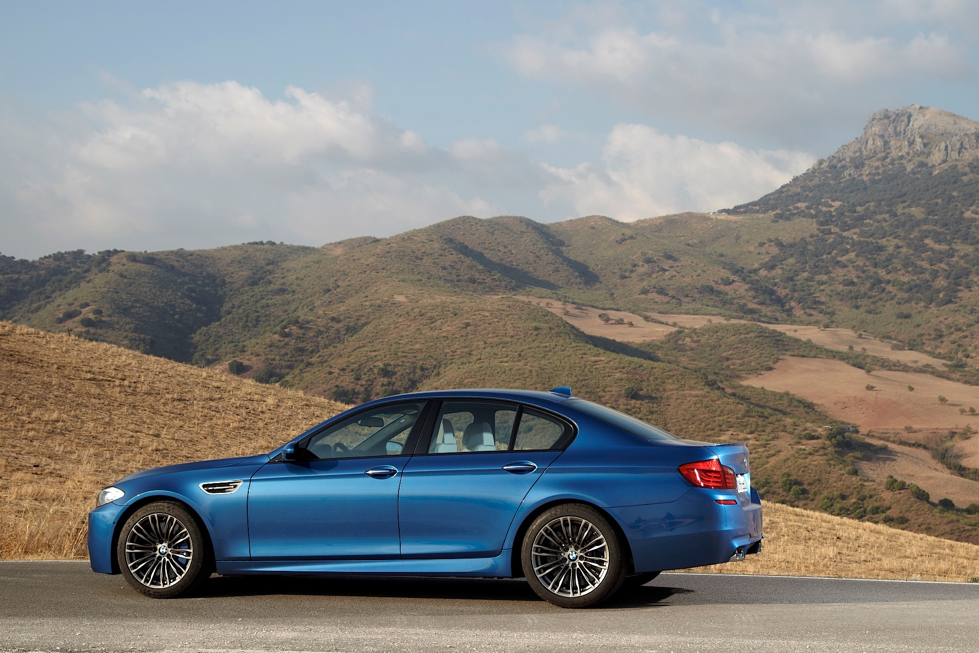 bmw m5 f10 specs 2011 2012 2013 autoevolution. Black Bedroom Furniture Sets. Home Design Ideas
