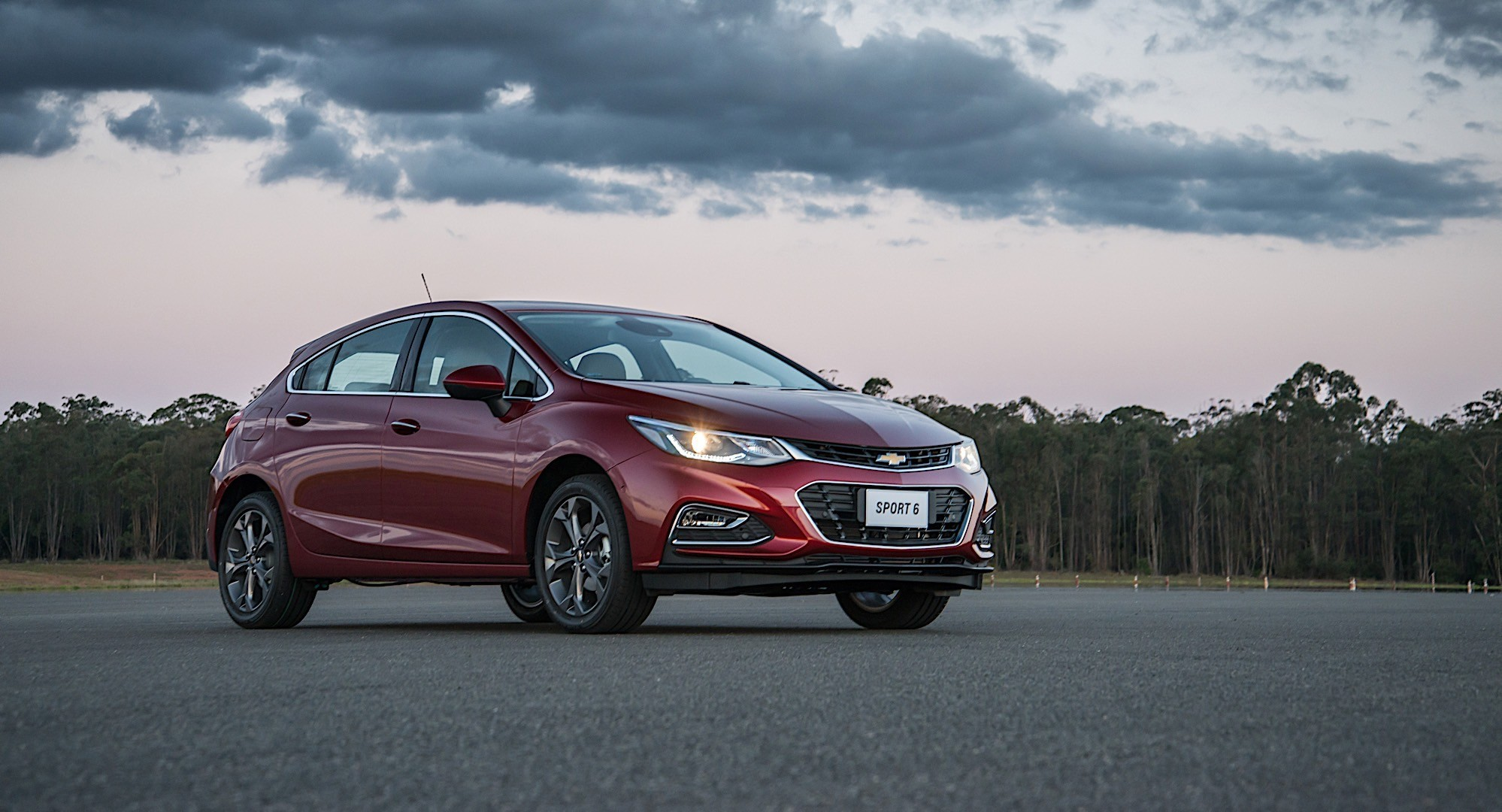 CHEVROLET Cruze Hatchback specs & photos - 2017, 2018 ...
