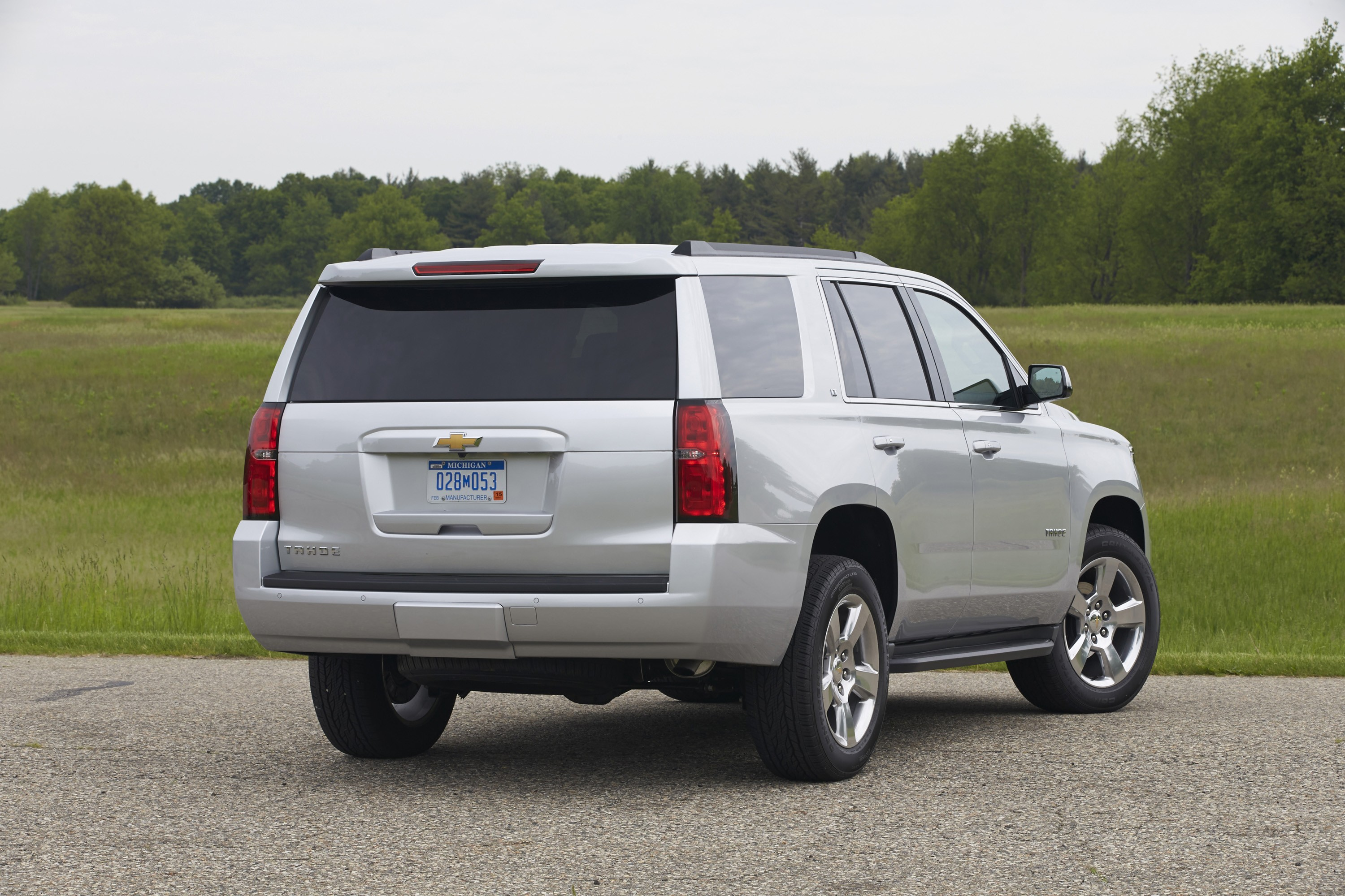 tahoe chevrolet ltz suburban vs navigator lincoln autoevolution specs lt edmunds package interior