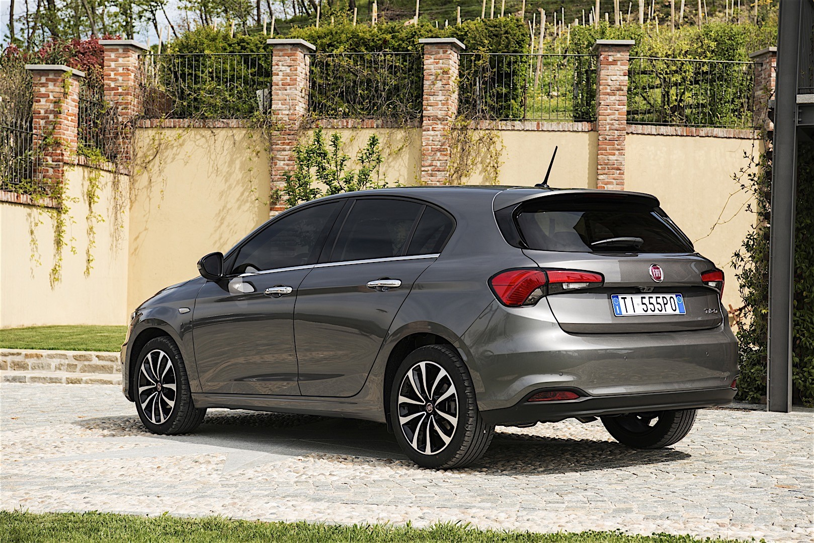 fiat tipo 5 doors specs photos 2016 2017 2018 2019 autoevolution. Black Bedroom Furniture Sets. Home Design Ideas