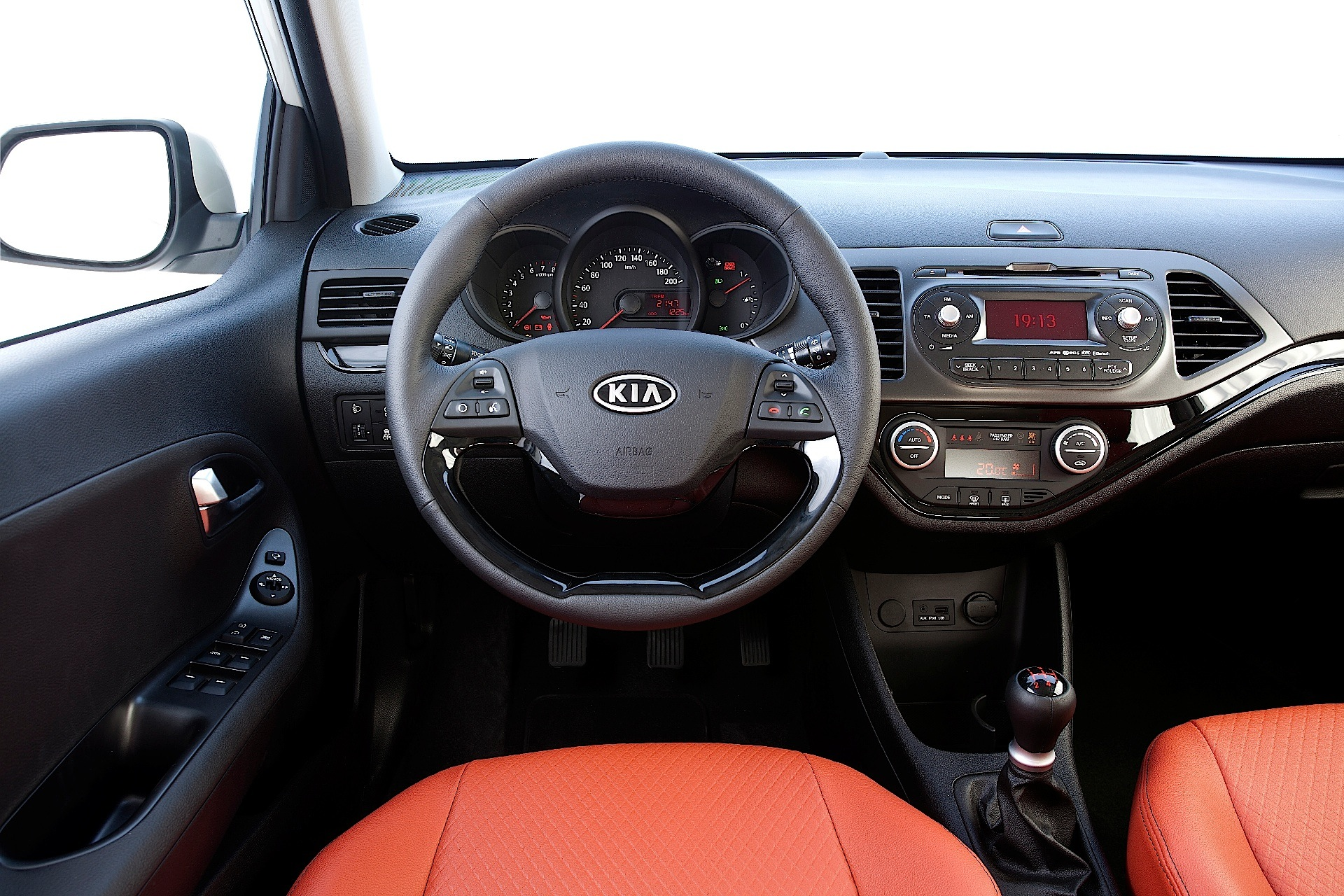 kia picanto 3 doors specs 2011 2012 2013 2014 2015 autoevolution. Black Bedroom Furniture Sets. Home Design Ideas