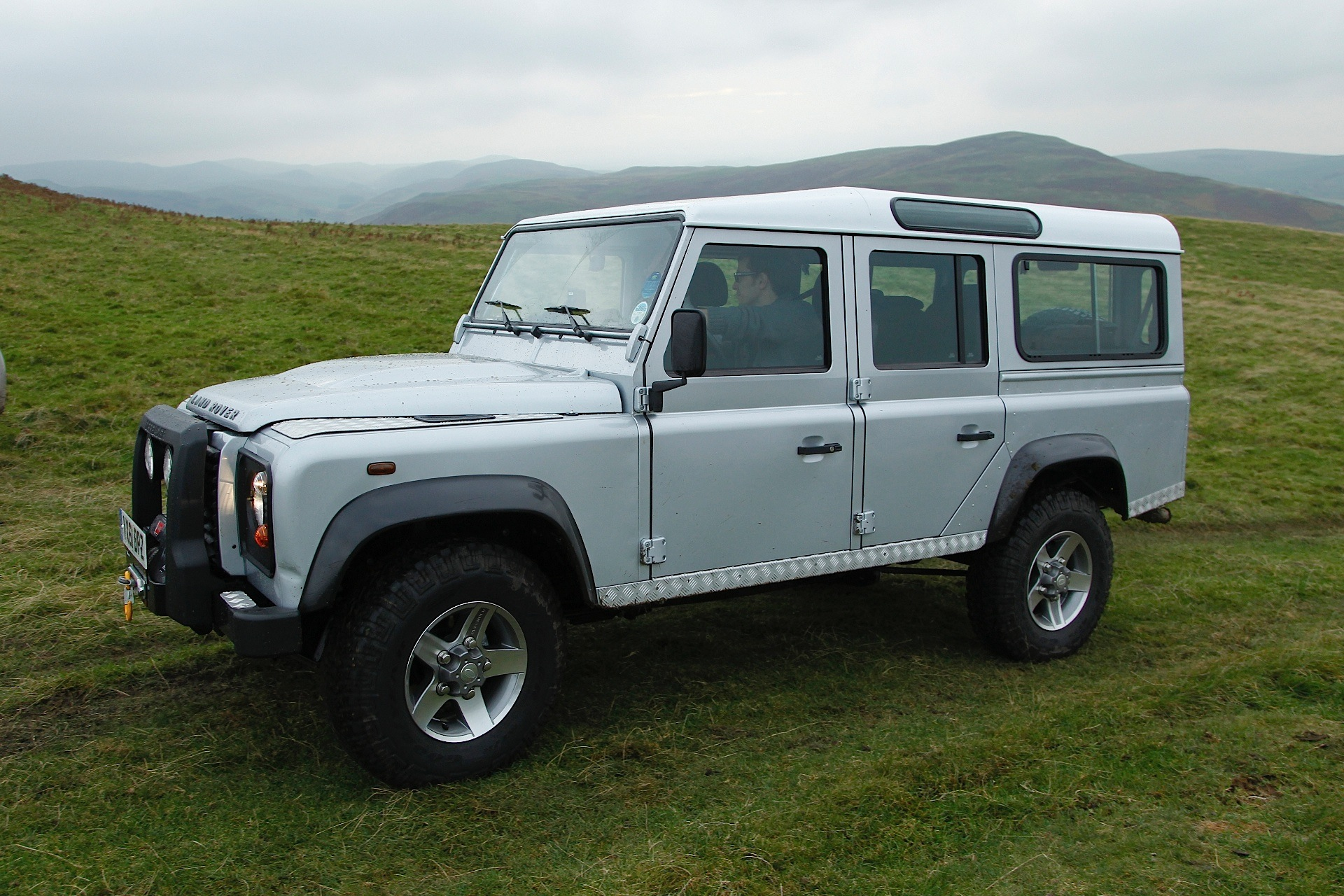 land rover defender 110 specs 2012 2013 2014 2015 2016 autoevolution. Black Bedroom Furniture Sets. Home Design Ideas