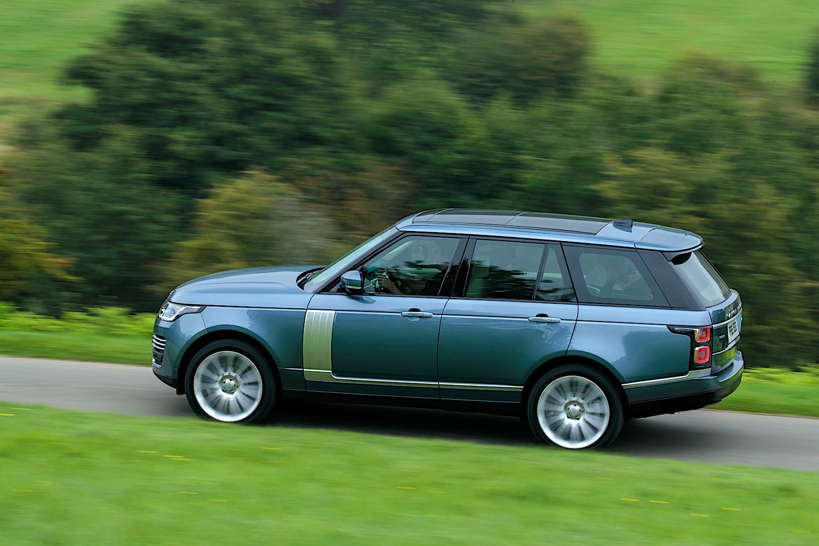 Land Rover Range Rover Specs Amp Photos 2017 2018 2019