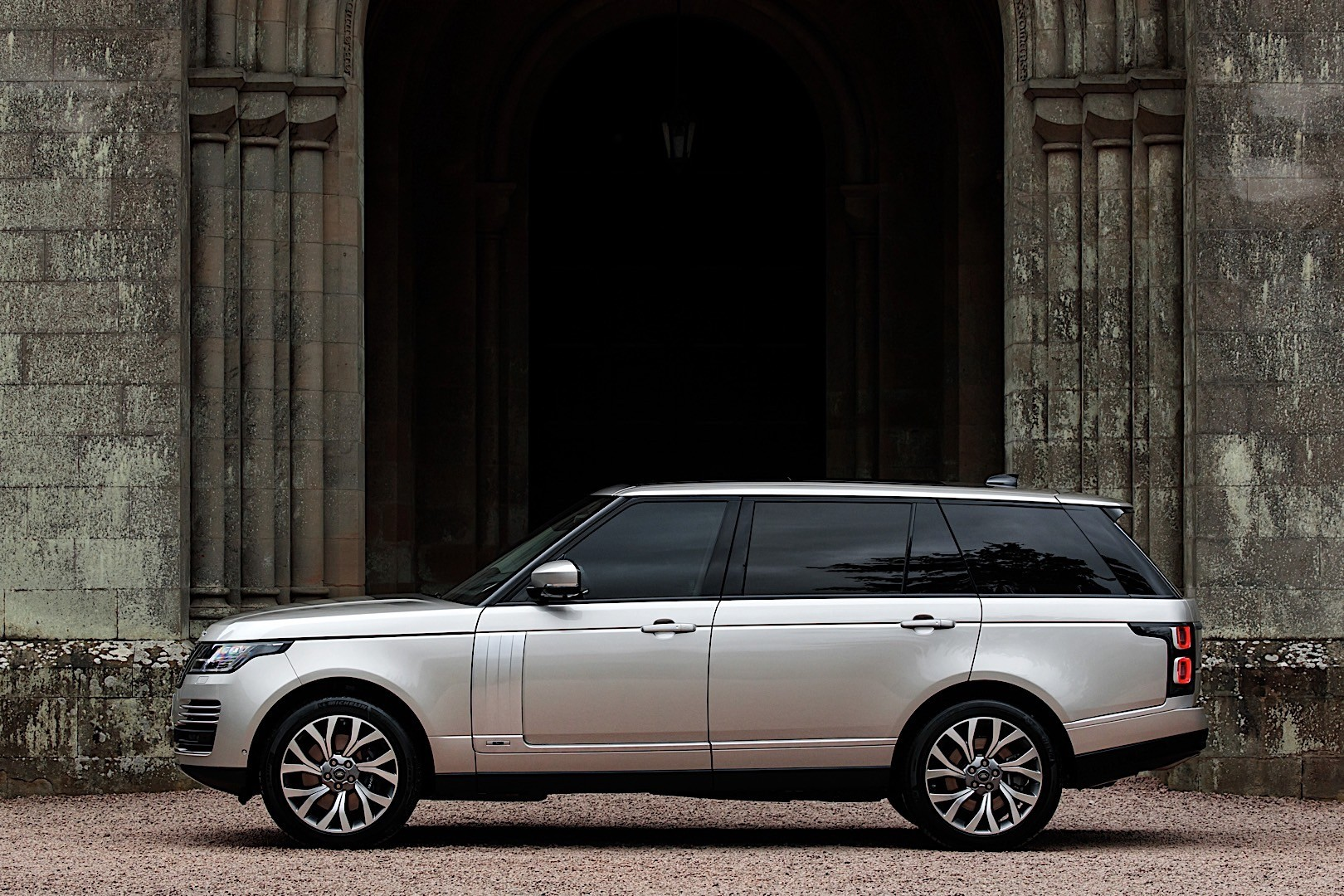 LAND ROVER Range Rover PHEV specs & photos - 2017, 2018 ...