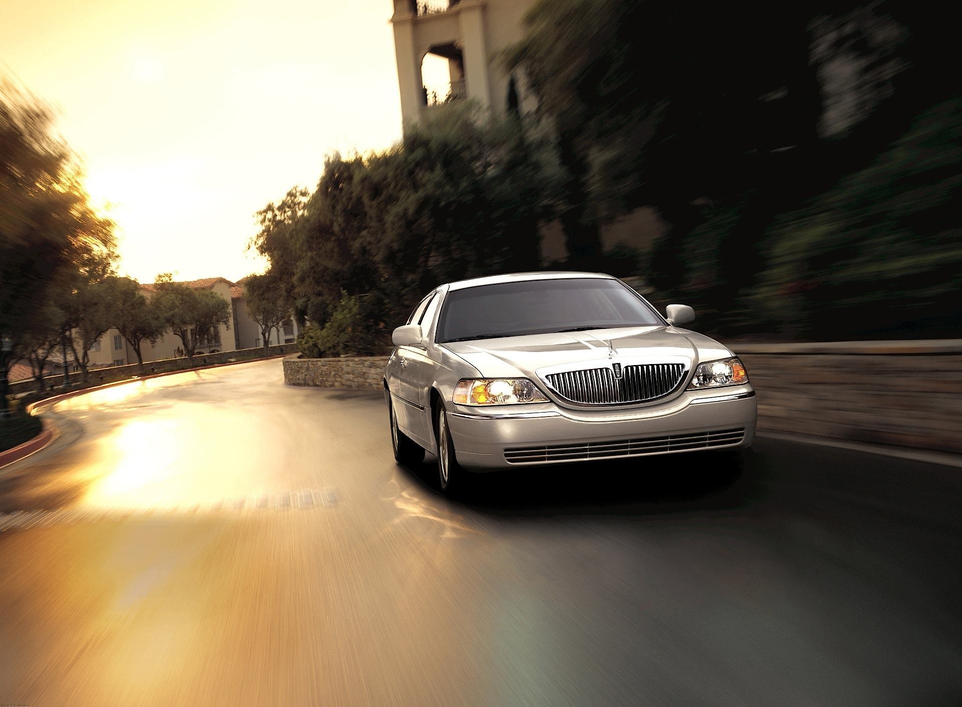 LINCOLN Town Car specs & photos - 2007, 2008, 2009, 2010 ...