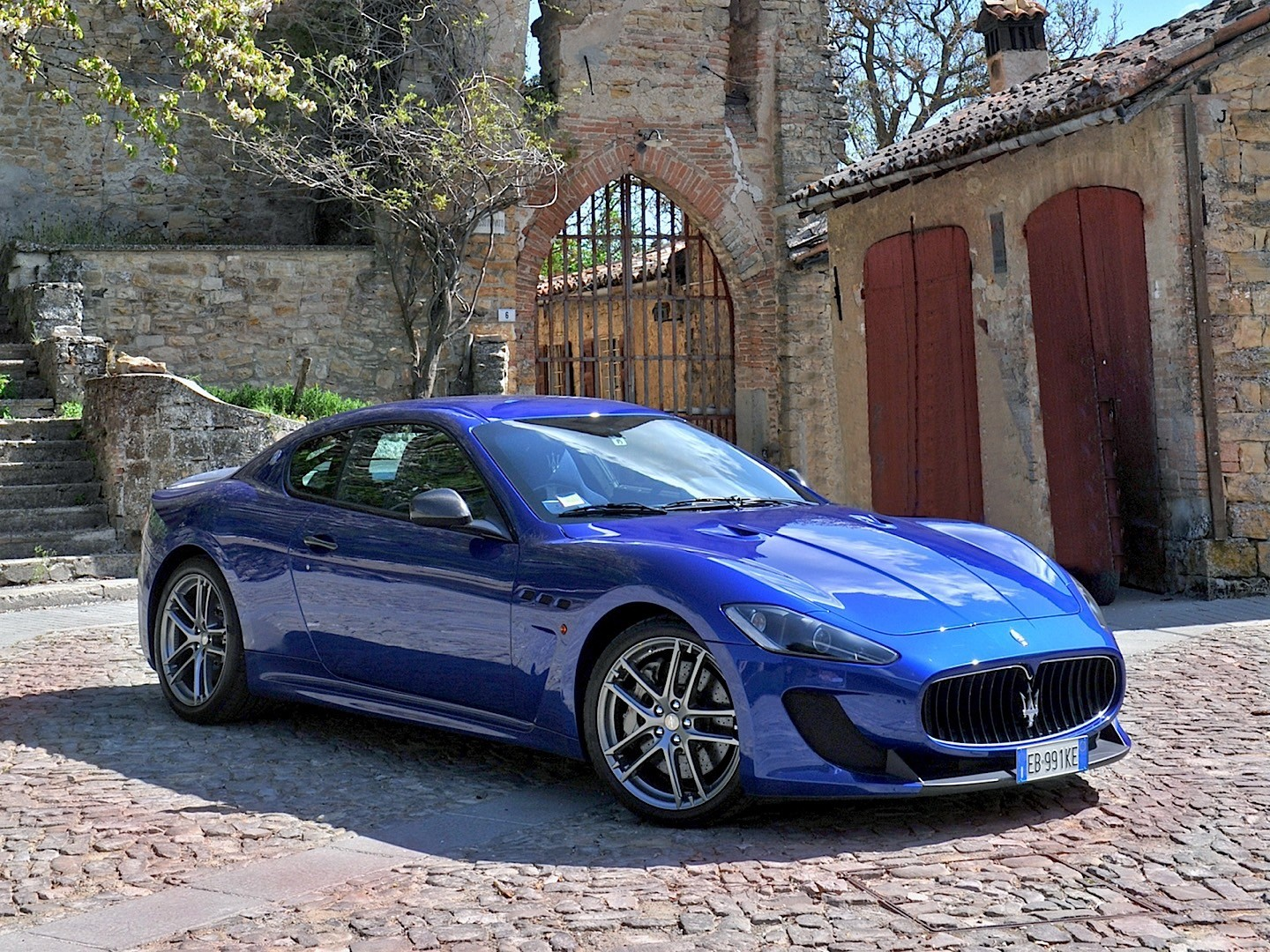 maserati granturismo mc stradale specs 2009 2010 2011. Black Bedroom Furniture Sets. Home Design Ideas
