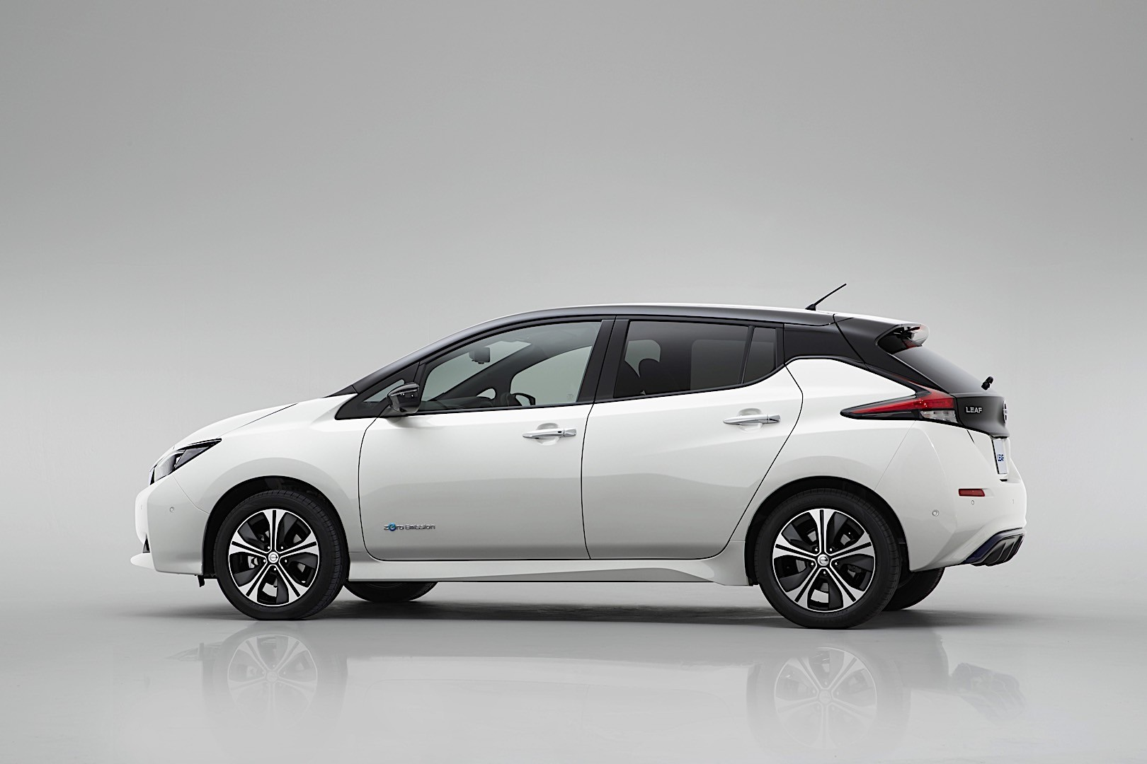 nissan leaf specs 2017 2018 autoevolution. Black Bedroom Furniture Sets. Home Design Ideas