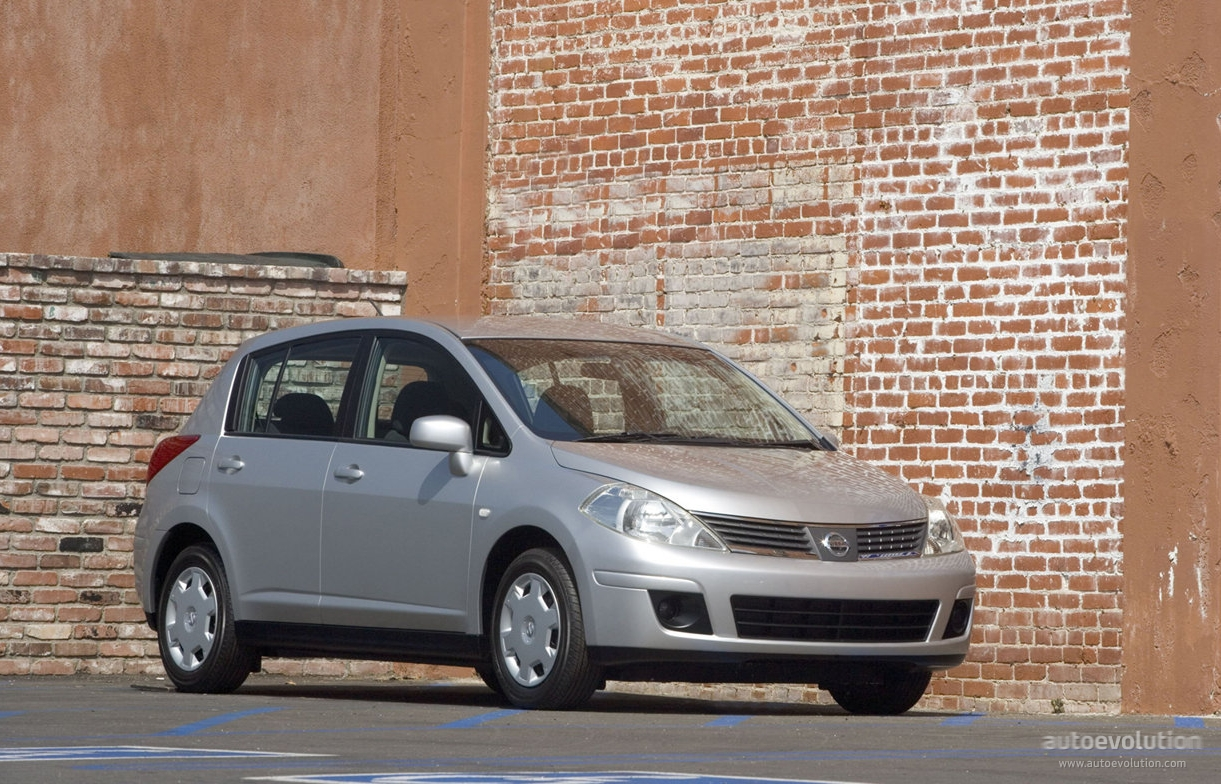 how much does a nissan versa weight