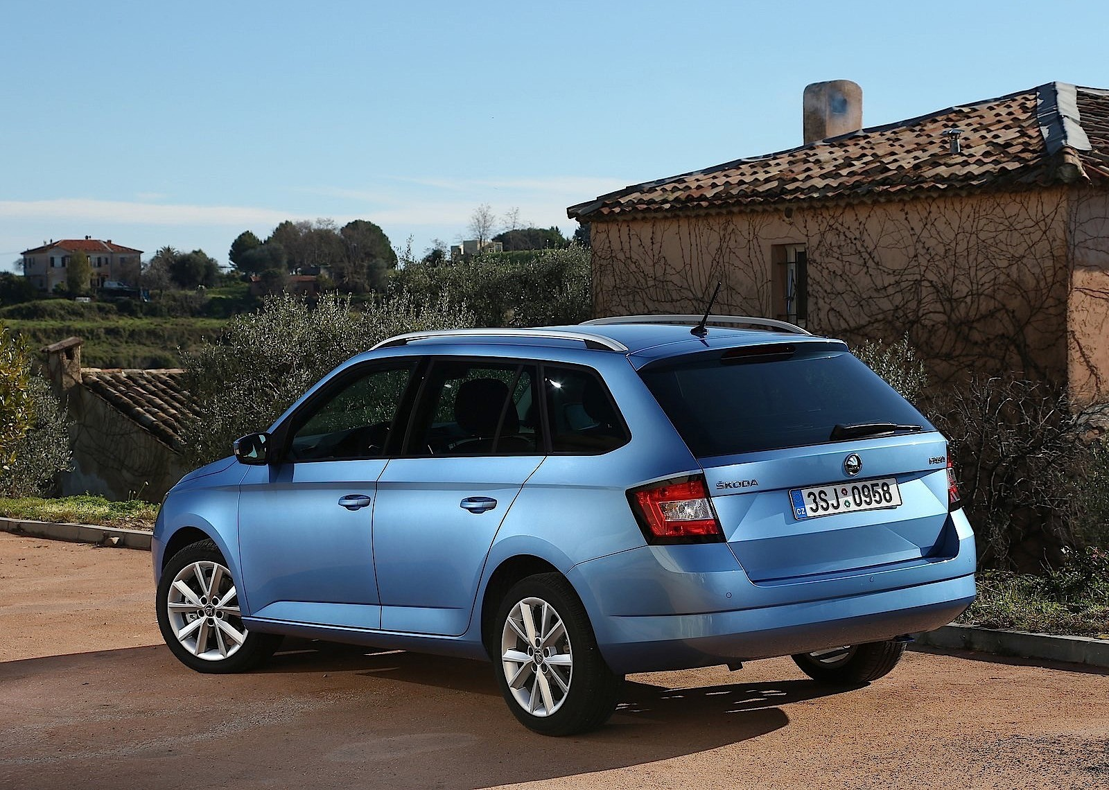 skoda fabia combi specs 2014 2015 2016 2017 2018 autoevolution. Black Bedroom Furniture Sets. Home Design Ideas