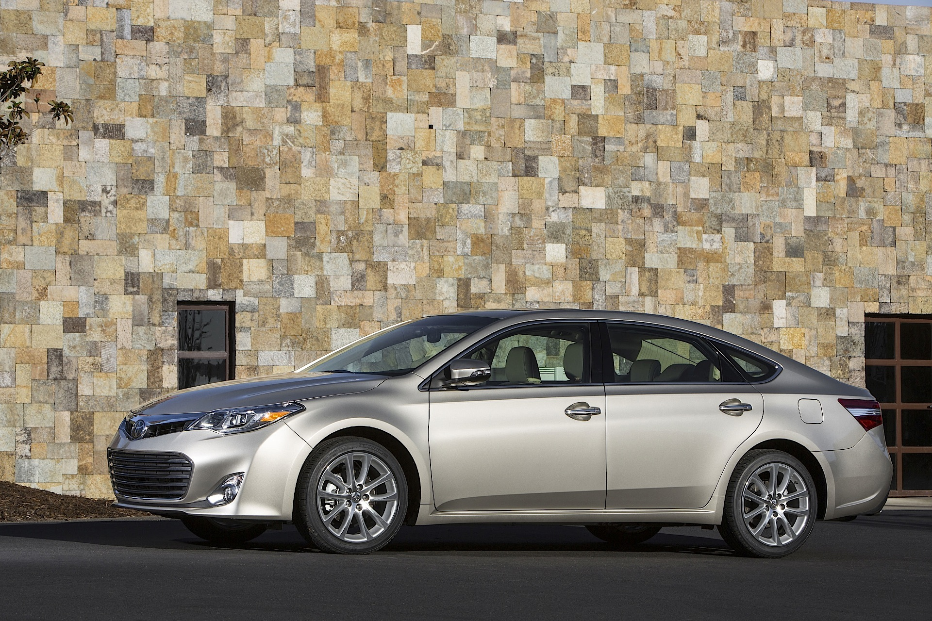 toyota test hybrid review road avalon
