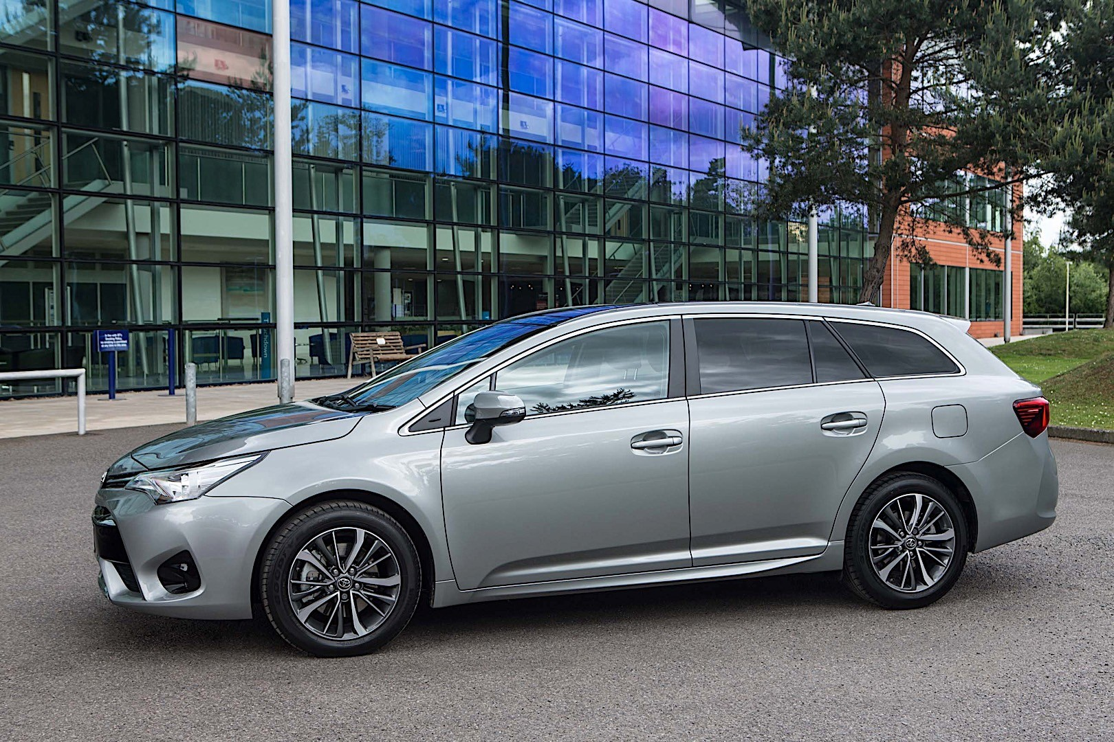 toyota avensis wagon specs photos 2015 2016 2017 2018 autoevolution. Black Bedroom Furniture Sets. Home Design Ideas