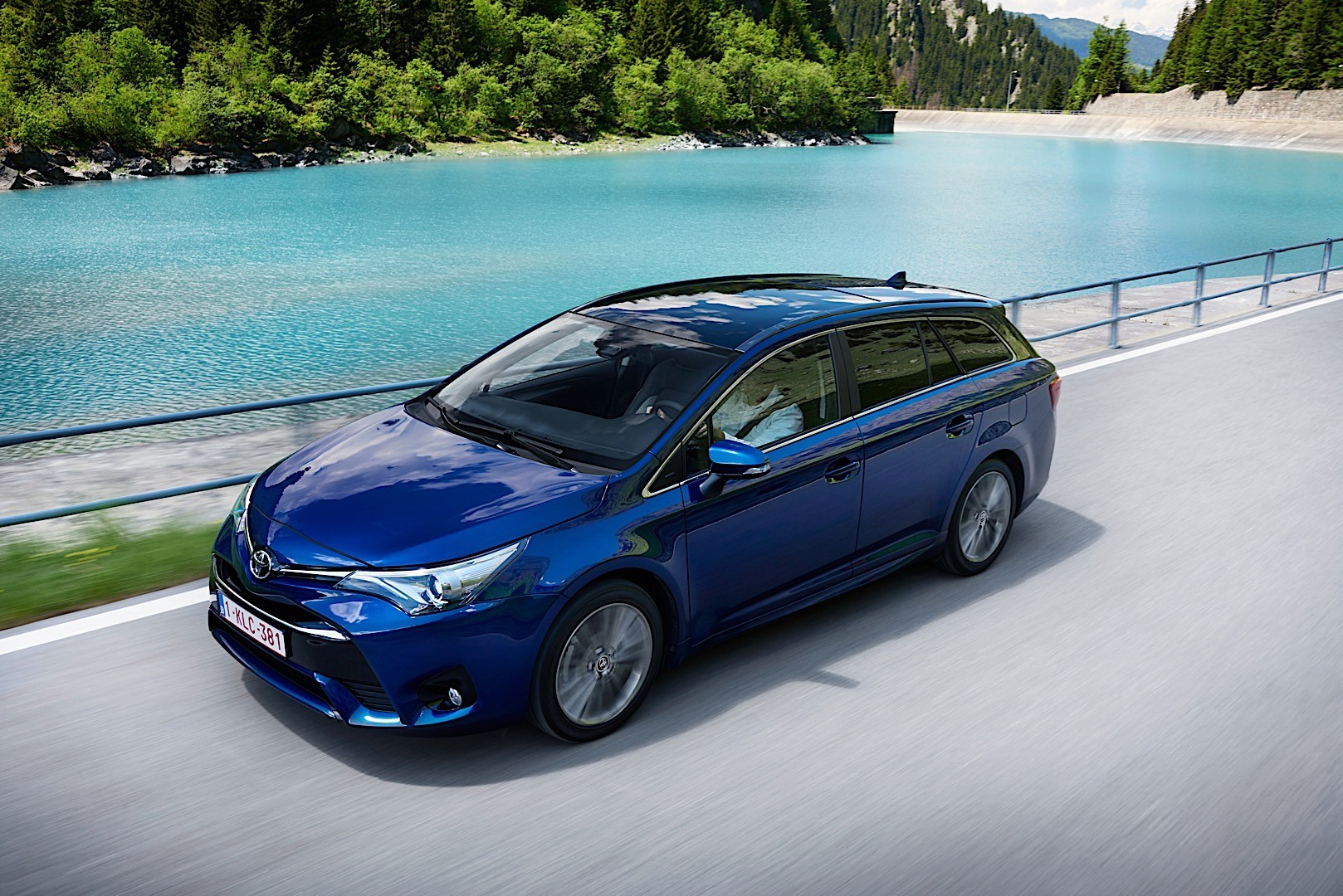 TOYOTA Avensis Wagon specs & photos - 2015, 2016, 2017 ...
