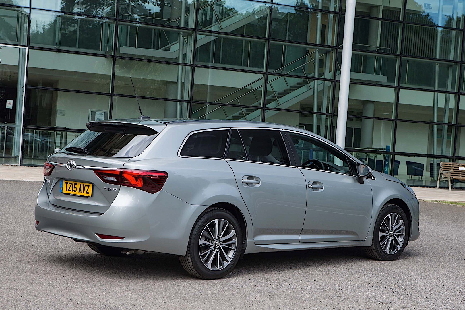 toyota avensis wagon specs 2015 2016 2017 2018 autoevolution. Black Bedroom Furniture Sets. Home Design Ideas