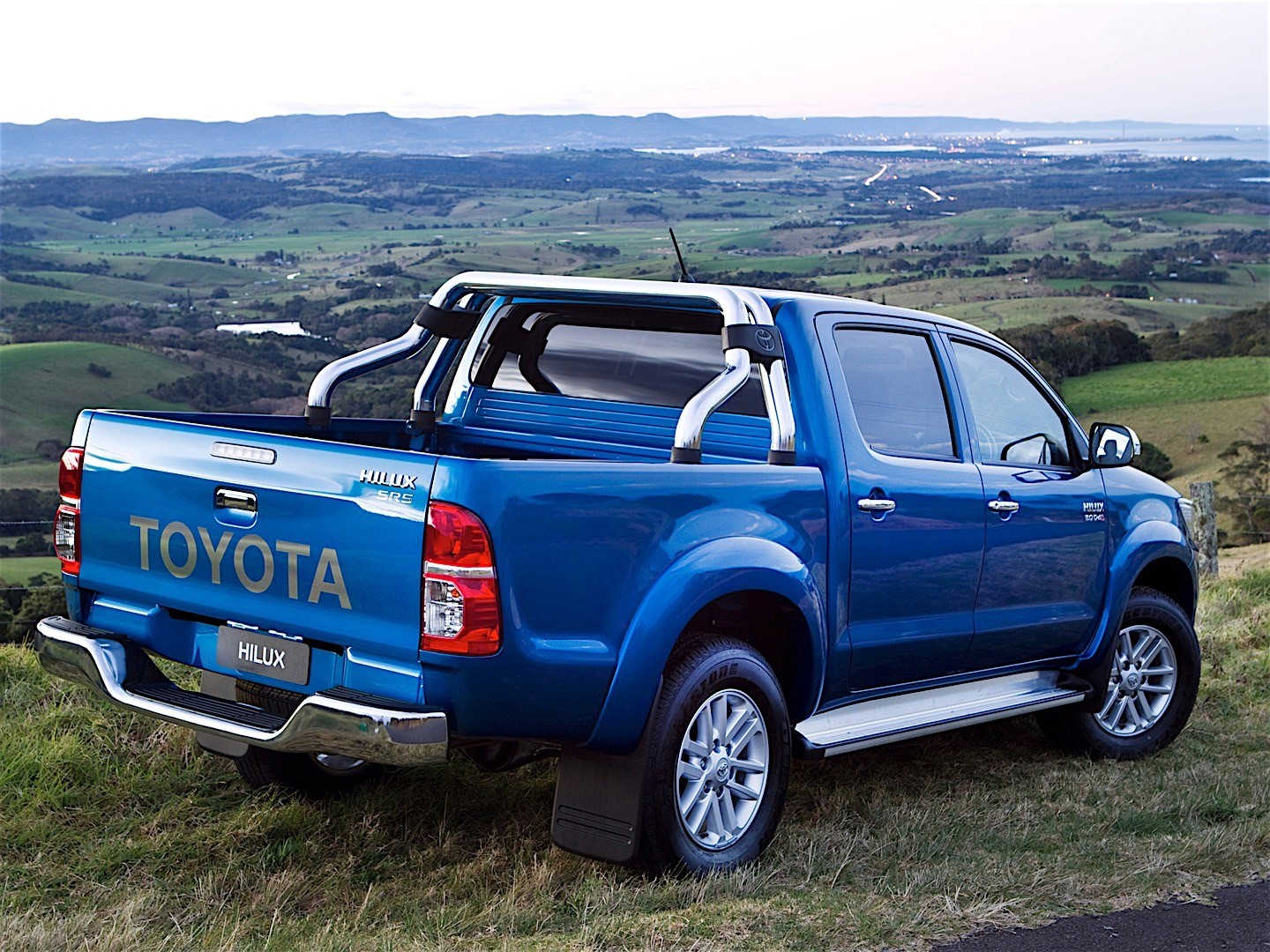 toyota hilux double cab 2011 2012 2013 2014 2015 autoevolution. Black Bedroom Furniture Sets. Home Design Ideas