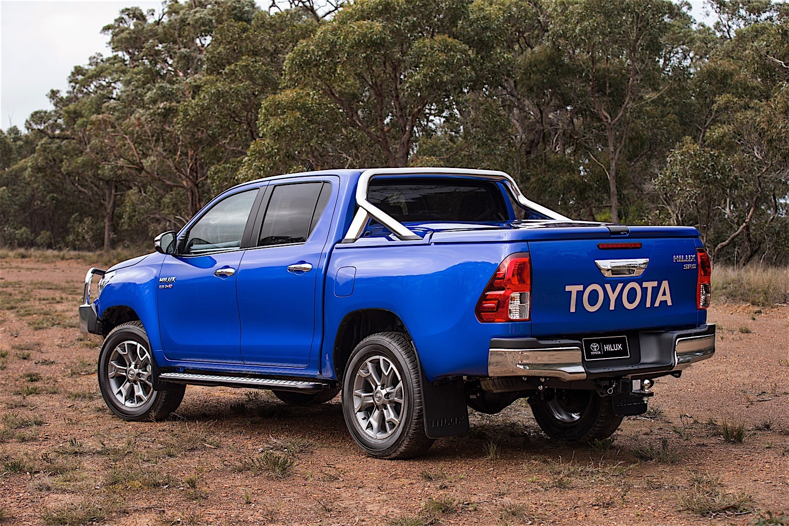 toyota hilux double cab specs 2015 2016 2017 2018 autoevolution. Black Bedroom Furniture Sets. Home Design Ideas