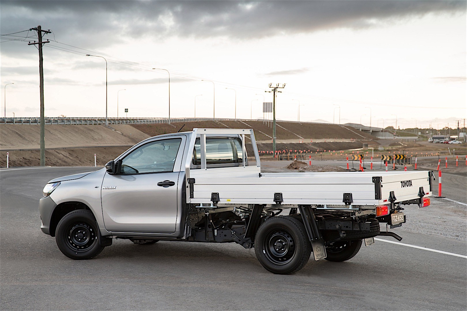toyota hilux single cab specs 2015 2016 2017 2018 autoevolution. Black Bedroom Furniture Sets. Home Design Ideas