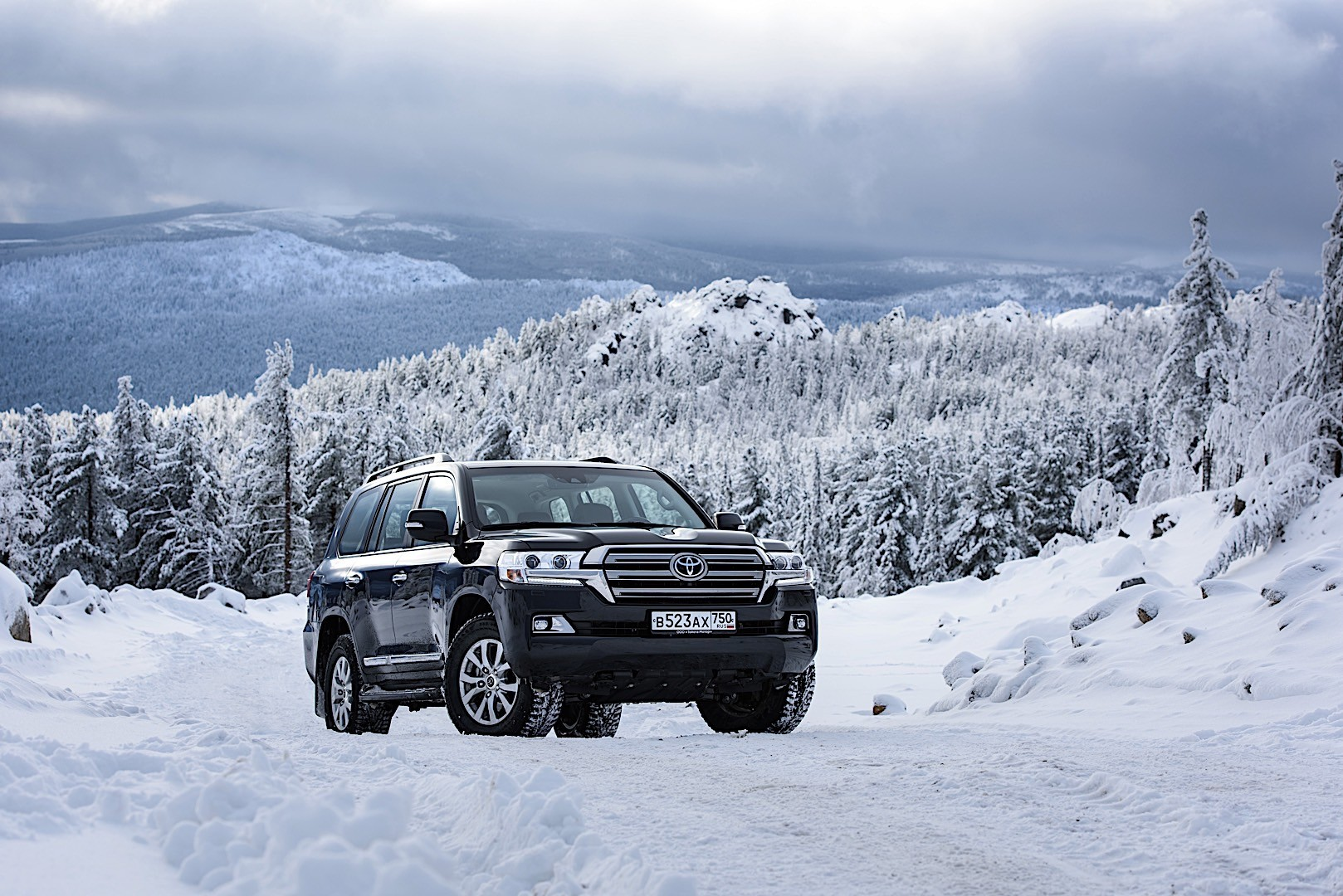 TOYOTA Land Cruiser 200 / V8 specs & photos - 2015, 2016 ...