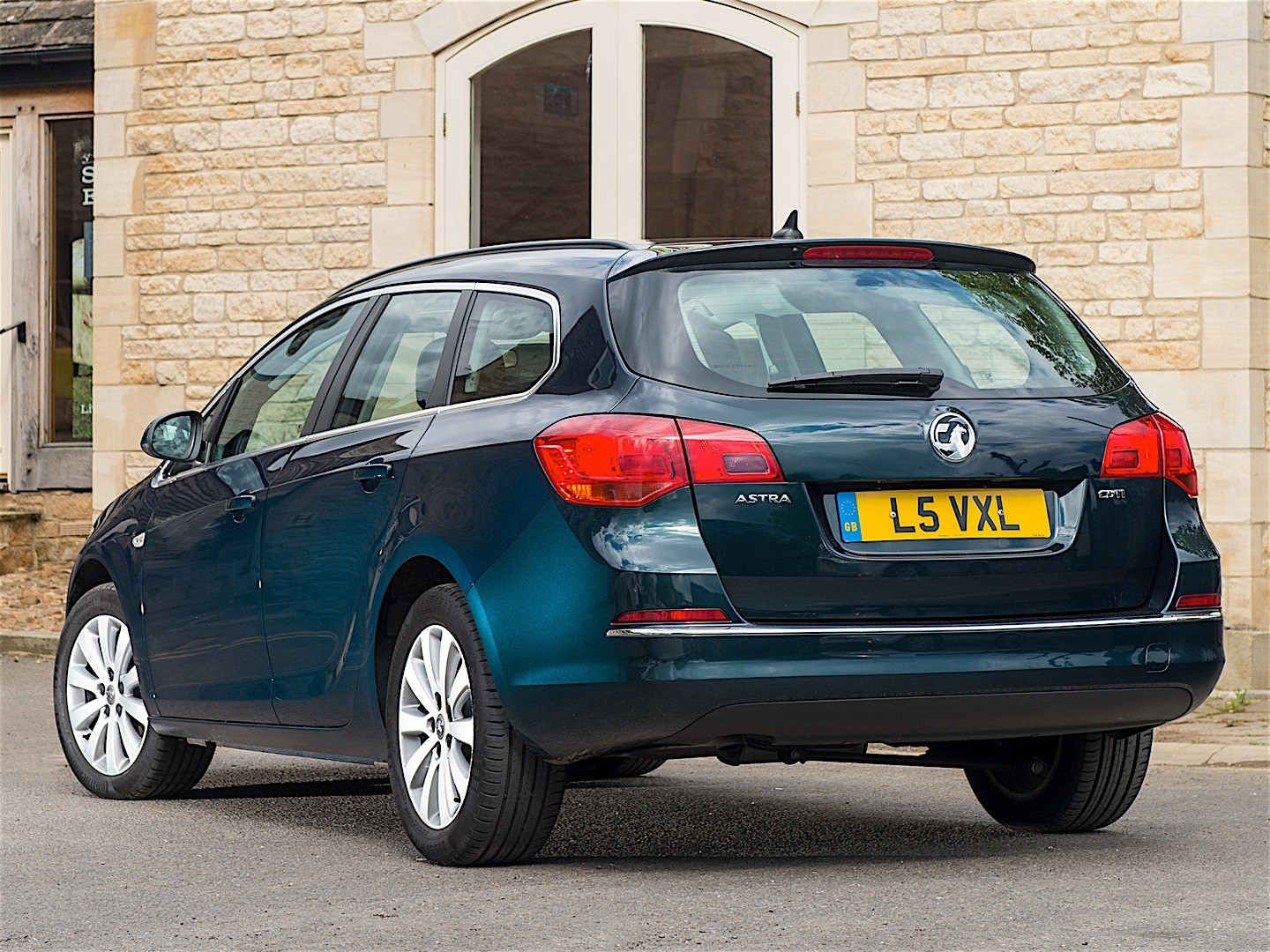 vauxhall astra sports tourer specs 2012 2013 2014 2015 autoevolution. Black Bedroom Furniture Sets. Home Design Ideas