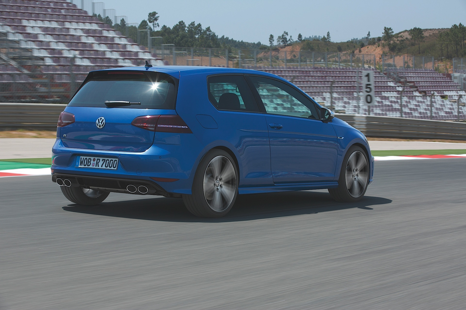 volkswagen golf vii r 3 doors specs photos 2013 2014 2015 2016 2017 autoevolution. Black Bedroom Furniture Sets. Home Design Ideas