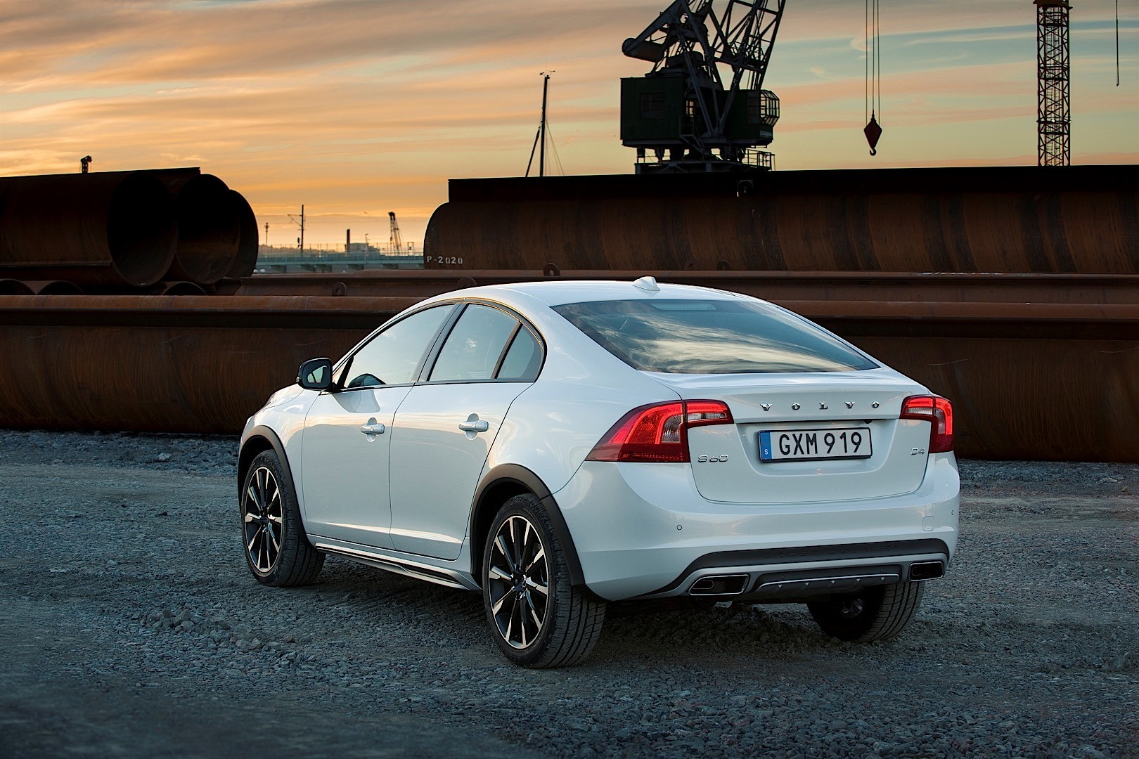 VOLVO S60 Cross Country specs & photos - 2015, 2016, 2017 ...