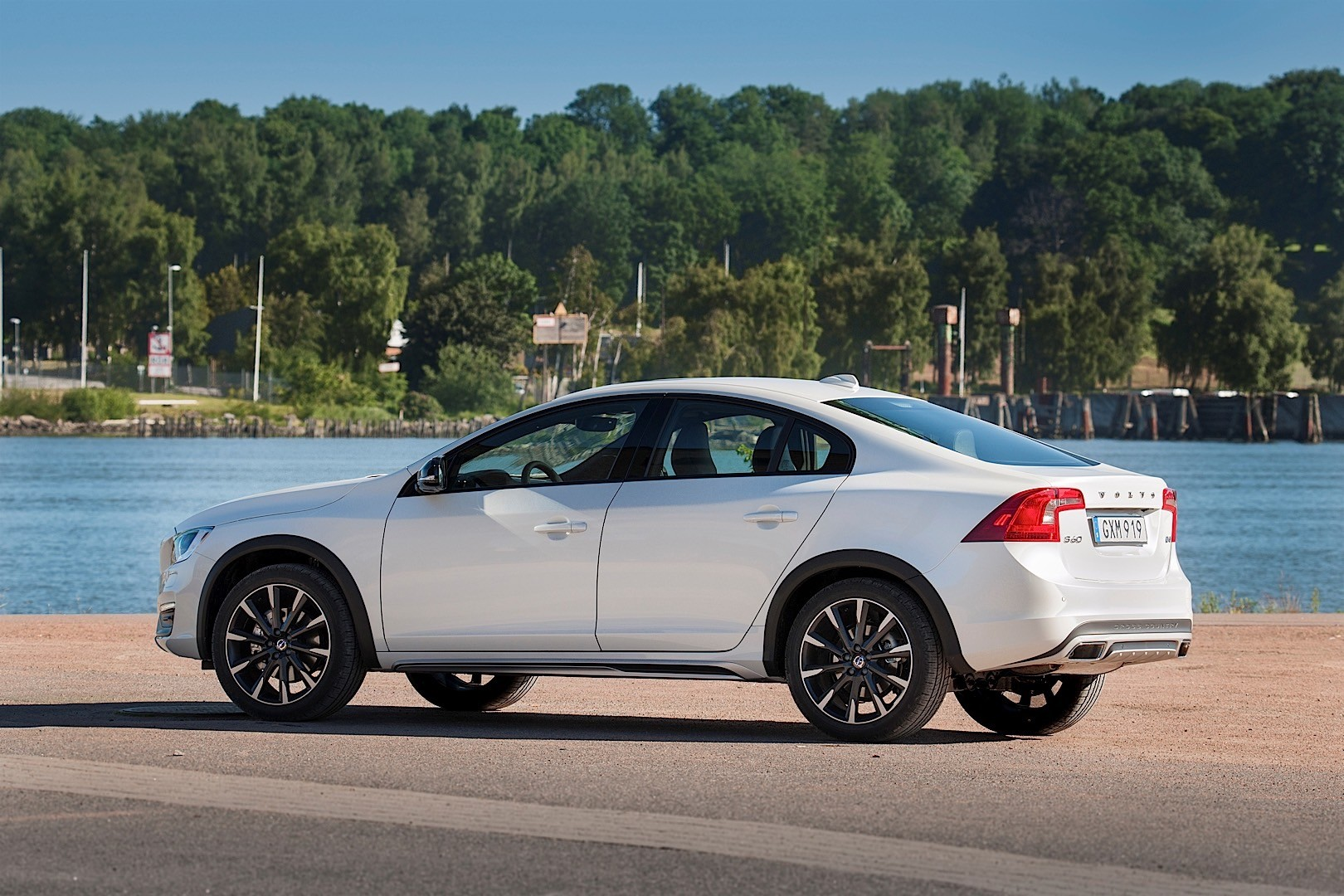 volvo s60 cross country specs 2015 2016 2017 2018 autoevolution. Black Bedroom Furniture Sets. Home Design Ideas