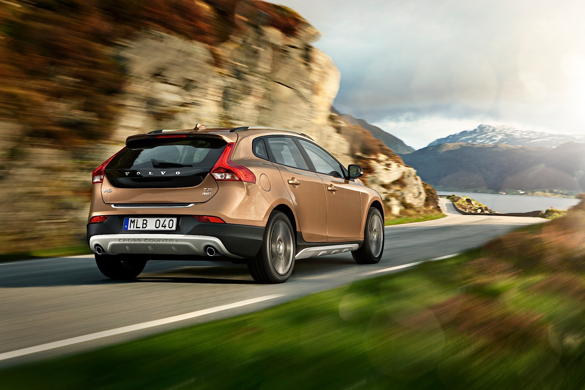 volvo v40 cross country specs 2012 2013 2014 2015 2016 autoevolution. Black Bedroom Furniture Sets. Home Design Ideas