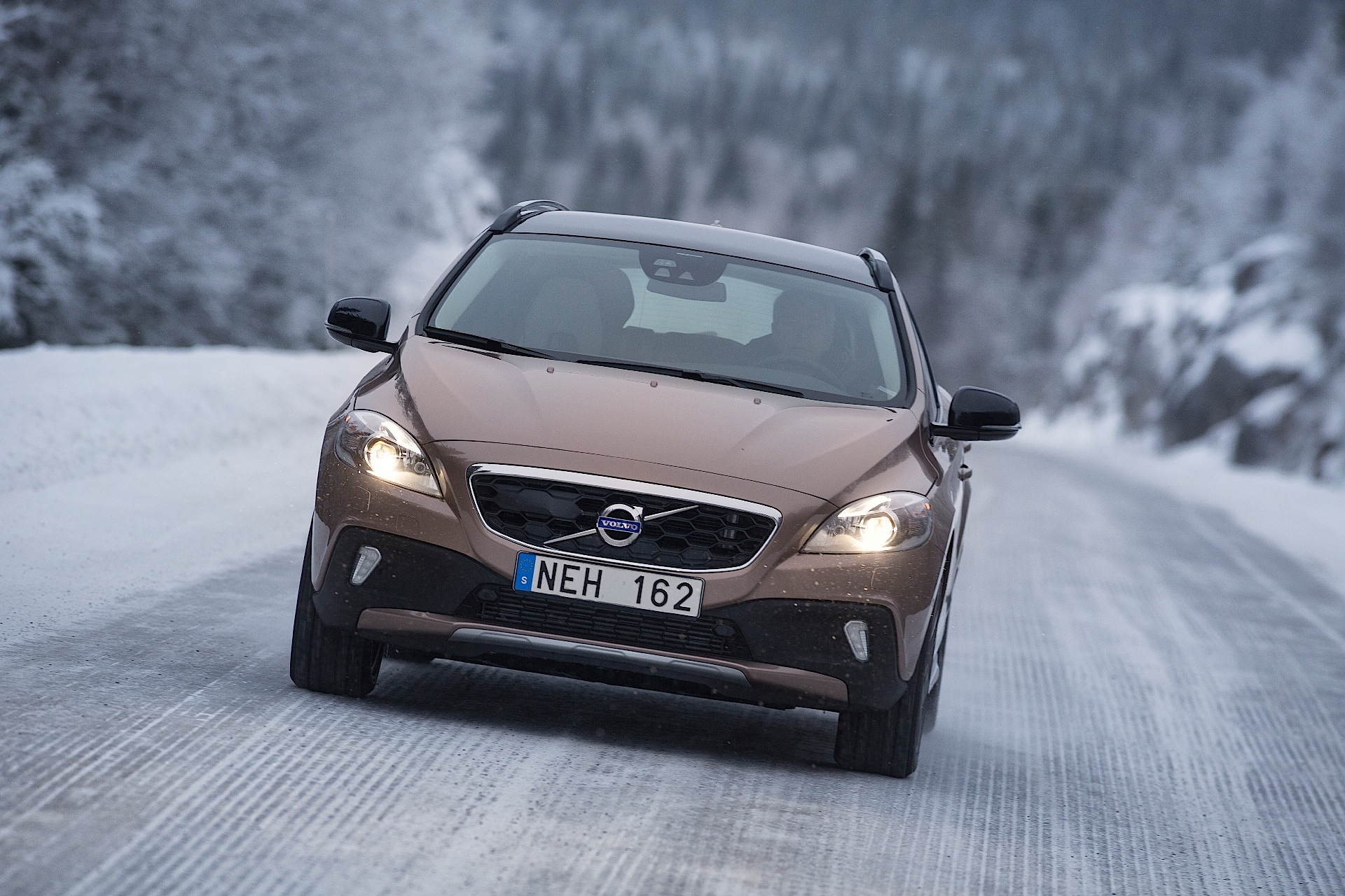 volvo v40 cross country 2012 2013 2014 2015 2016 2017 autoevolution. Black Bedroom Furniture Sets. Home Design Ideas