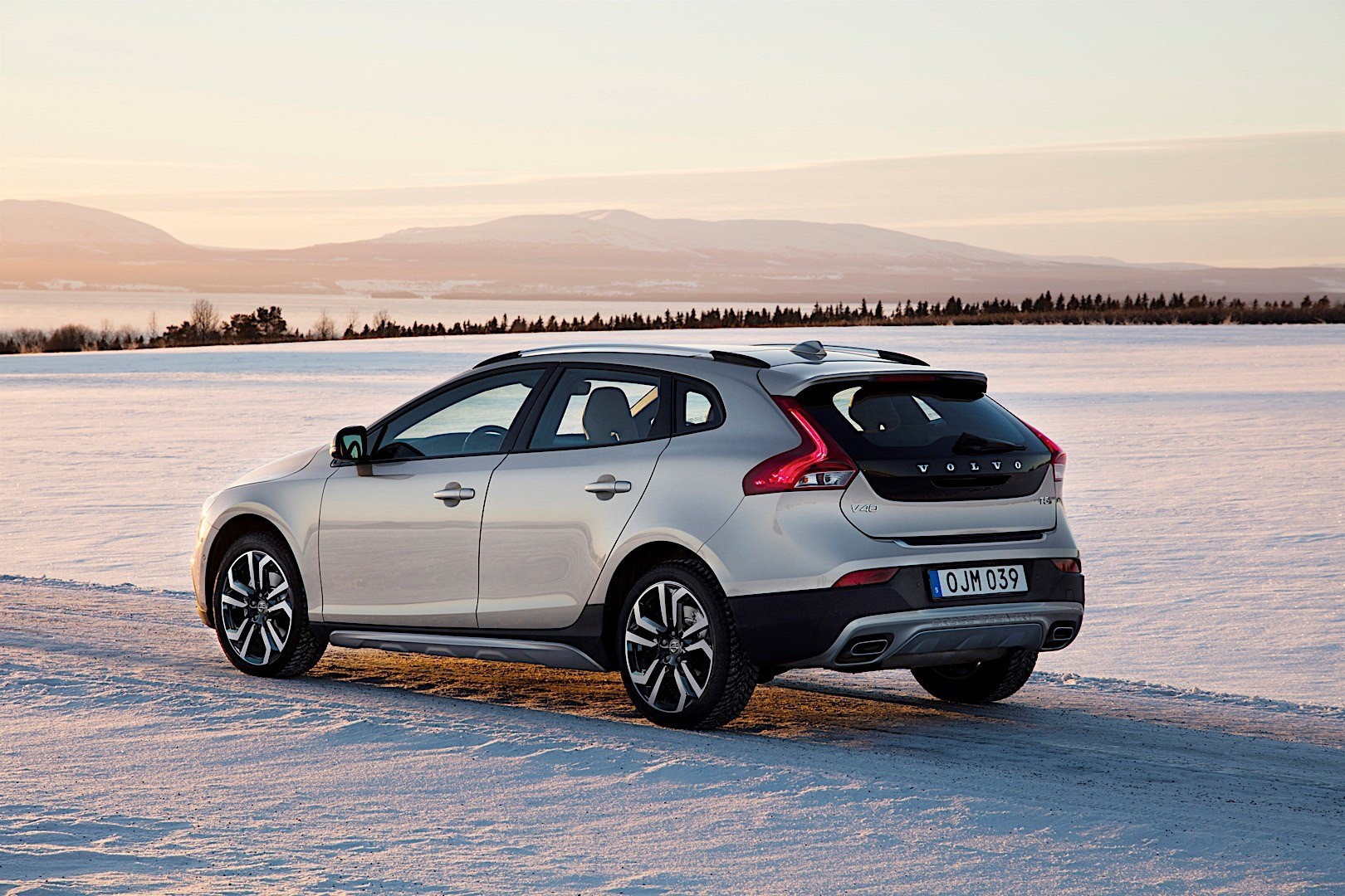volvo v40 cross country specs 2016 2017 2018. Black Bedroom Furniture Sets. Home Design Ideas