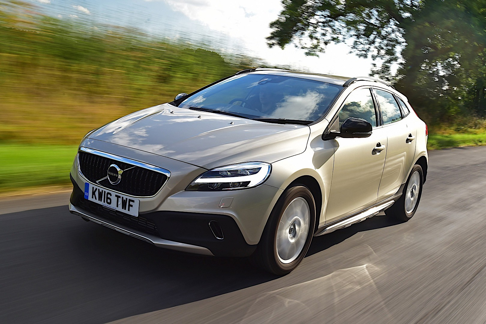 volvo v40 cross country specs 2016 2017 2018 autoevolution. Black Bedroom Furniture Sets. Home Design Ideas