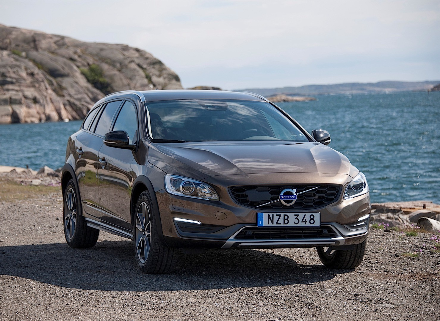 volvo v60 cross country 2015 2016 autoevolution. Black Bedroom Furniture Sets. Home Design Ideas