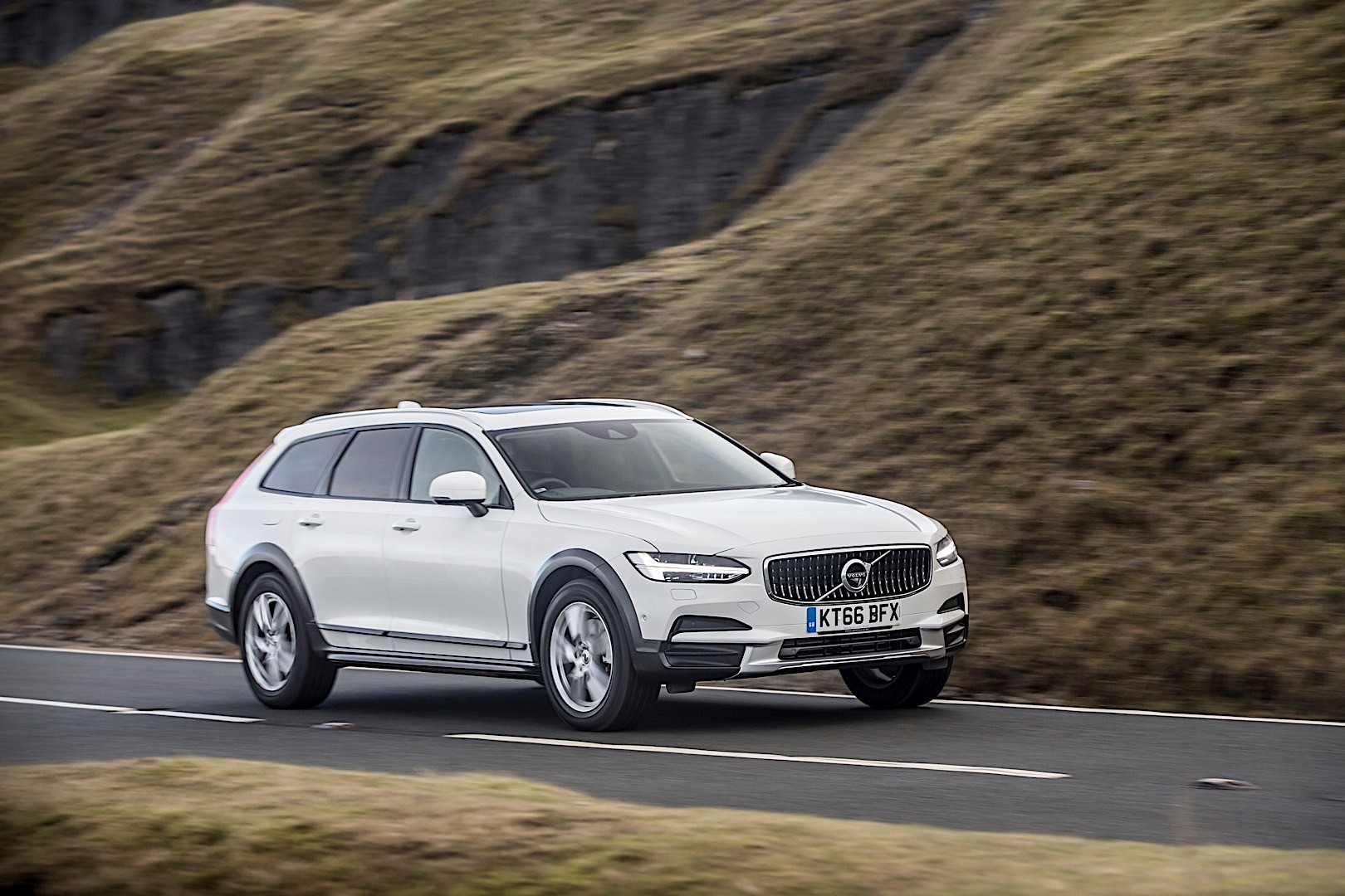 VOLVO V90 Cross Country specs & photos - 2016, 2017, 2018 ...