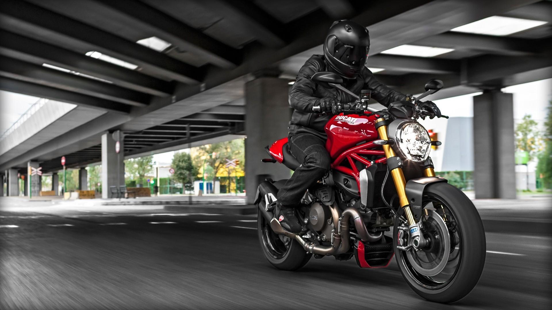 Ducati Monster  Vs