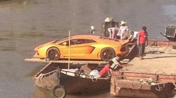 Lamborghini Aventador Crosses River With Boat Improvisation