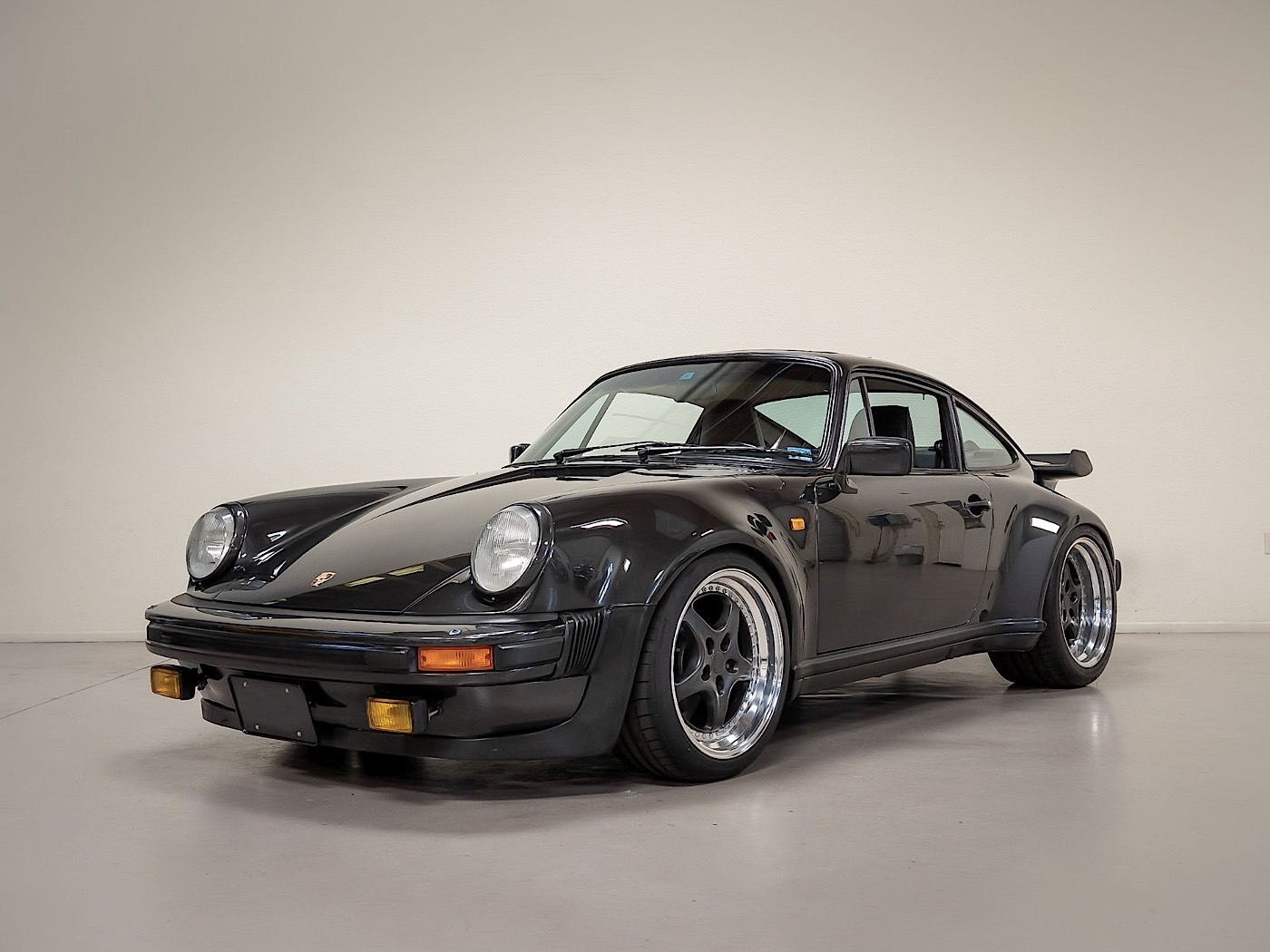 [Image: 1981-porsche-930-turbo-outlaw-is-a-perfe...0357_1.jpg]
