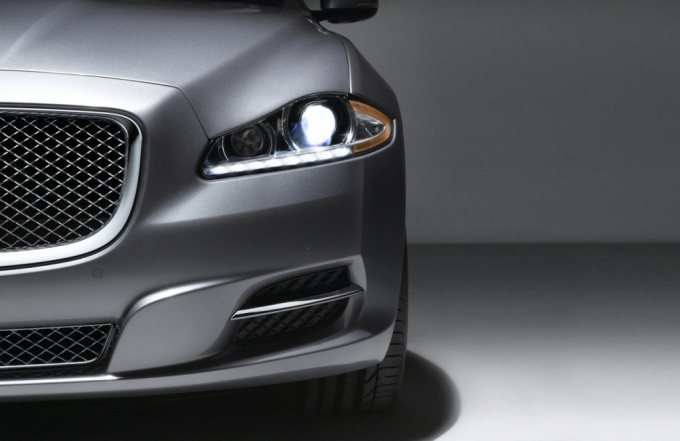 Santa comes with the gift of all gifts to America, as he will give Rudolph a brake and take the new Jaguar XJ overseas. The American bound XJ will be ...