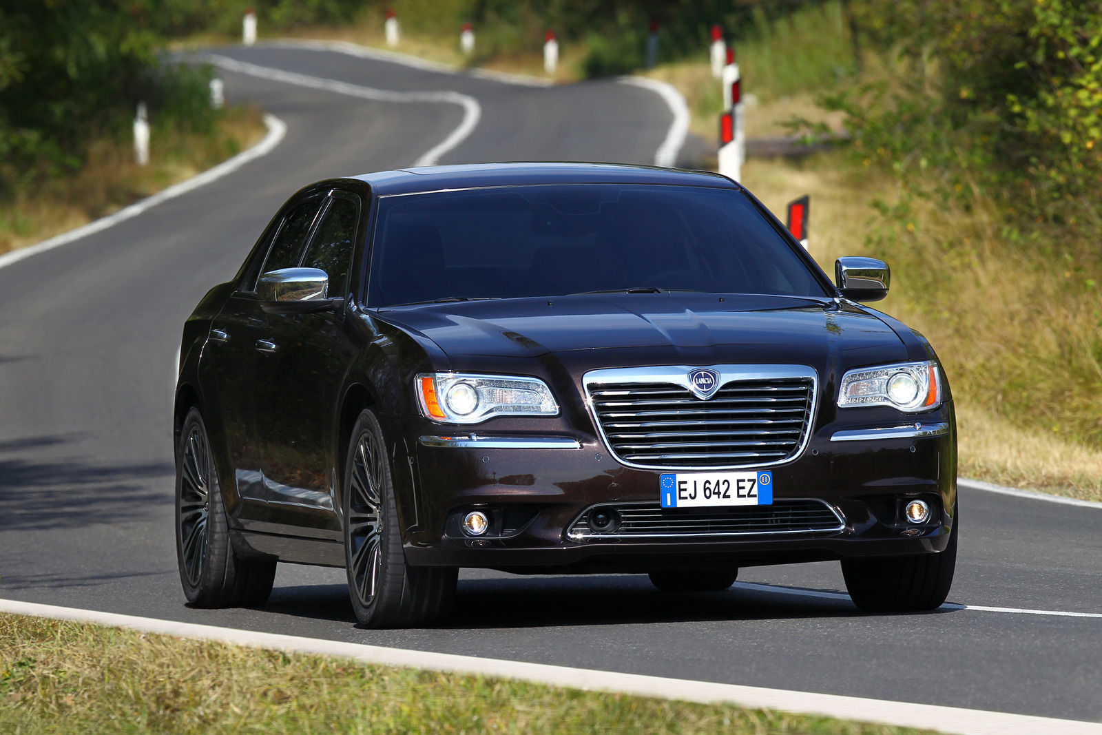 2012 lancia thema arrives on european market autoevolution. Black Bedroom Furniture Sets. Home Design Ideas