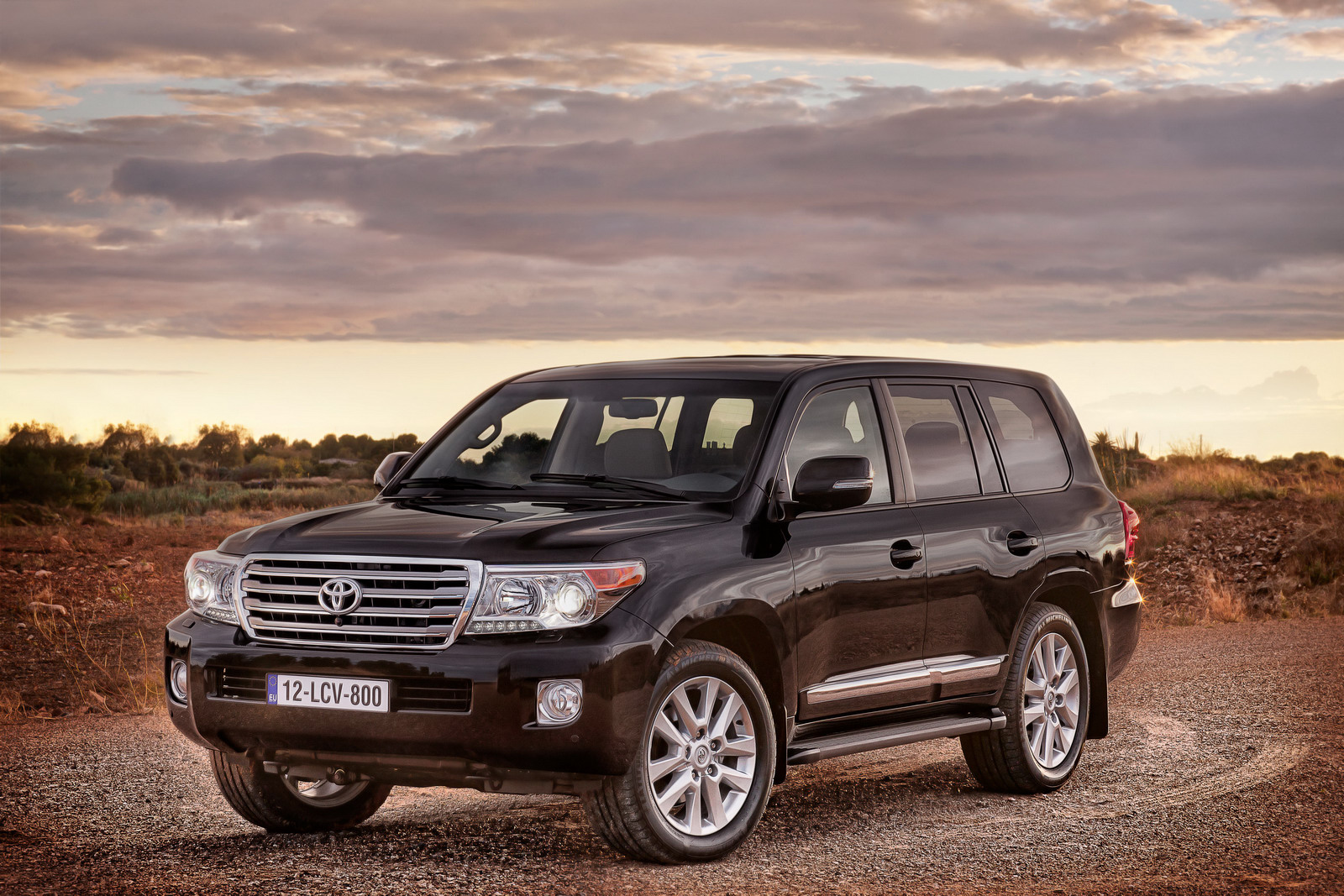 2013 toyota land cruiser v8 facelift confirmed for us autoevolution. Black Bedroom Furniture Sets. Home Design Ideas