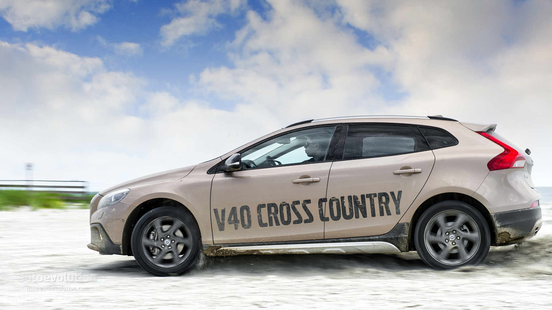 2013 volvo v40 cross country original pictures autoevolution. Black Bedroom Furniture Sets. Home Design Ideas