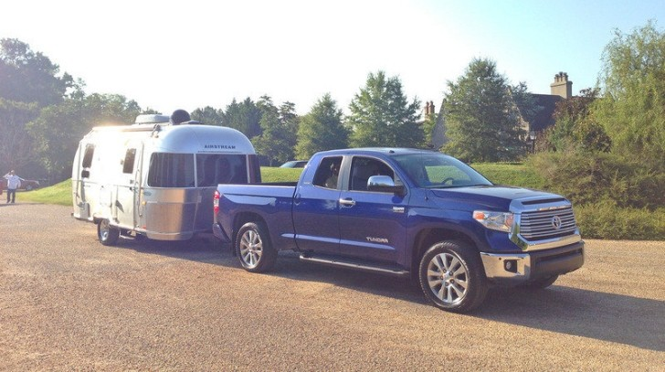 2014 Toyota Tundra Tested by Top Speed [Video]