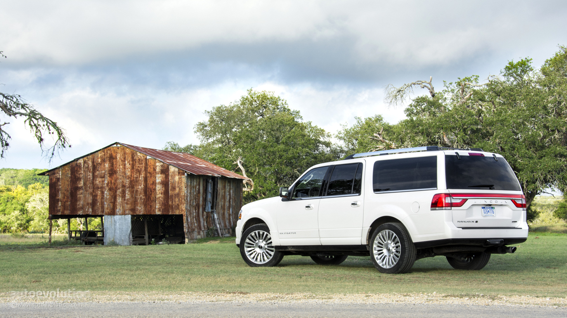 https://s1.cdn.autoevolution.com/images/news/2015-lincoln-navigator-tested-it-doesnt-justify-the-investment-92268_1.jpg
