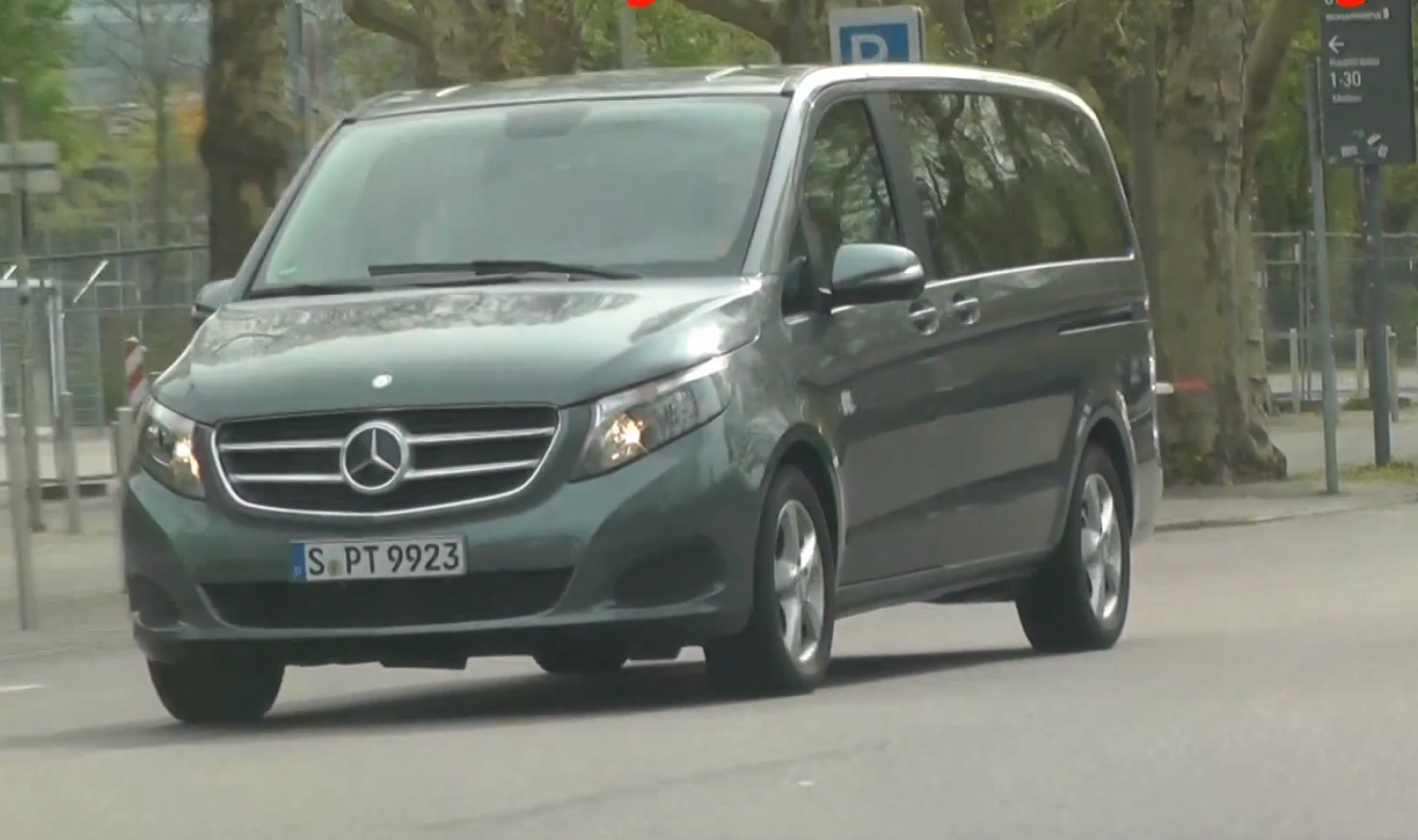 New mercedes benz v class spotted in real life autoevolution for Mercedes benz battery life