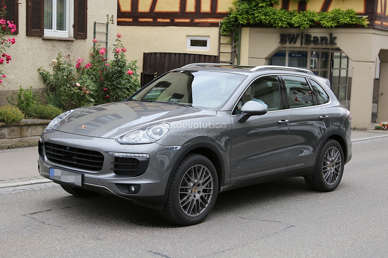 2015 porsche cayenne facelift spied almost undisguised autoevolution. Black Bedroom Furniture Sets. Home Design Ideas