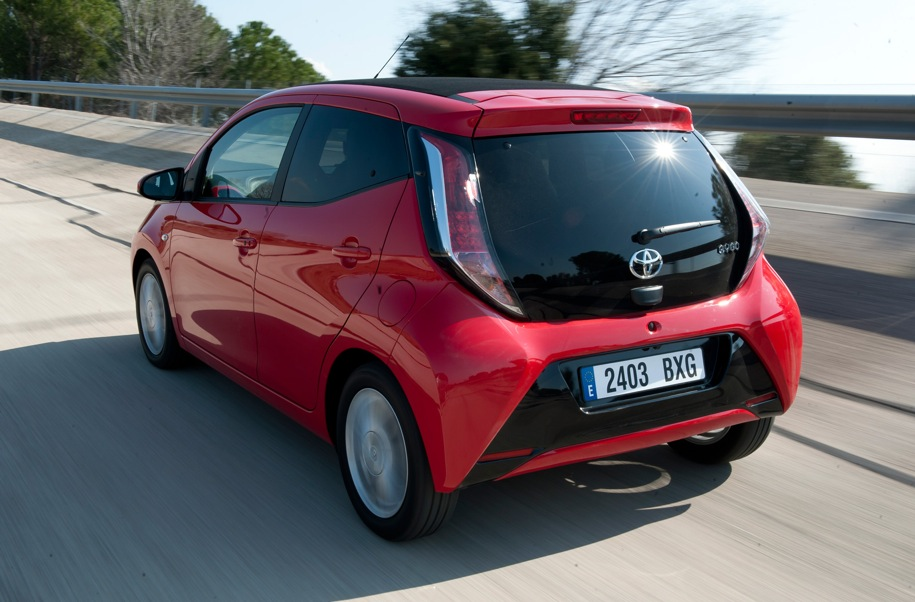 2015 toyota aygo gets first drive test autoevolution. Black Bedroom Furniture Sets. Home Design Ideas
