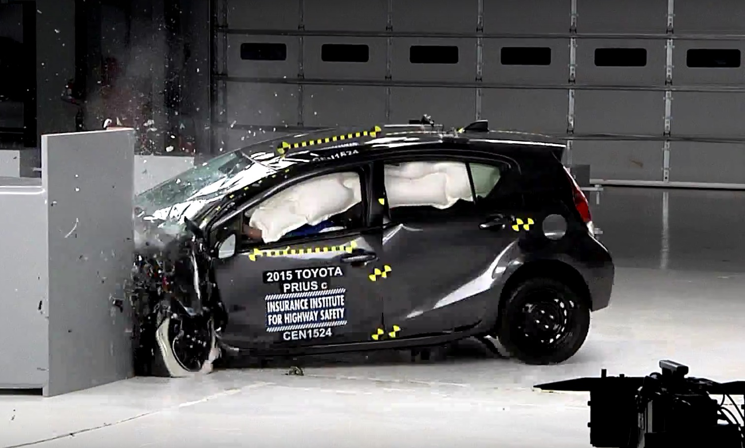 2015 toyota prius c is only acceptably safe iihs small overlap crash test shows autoevolution. Black Bedroom Furniture Sets. Home Design Ideas