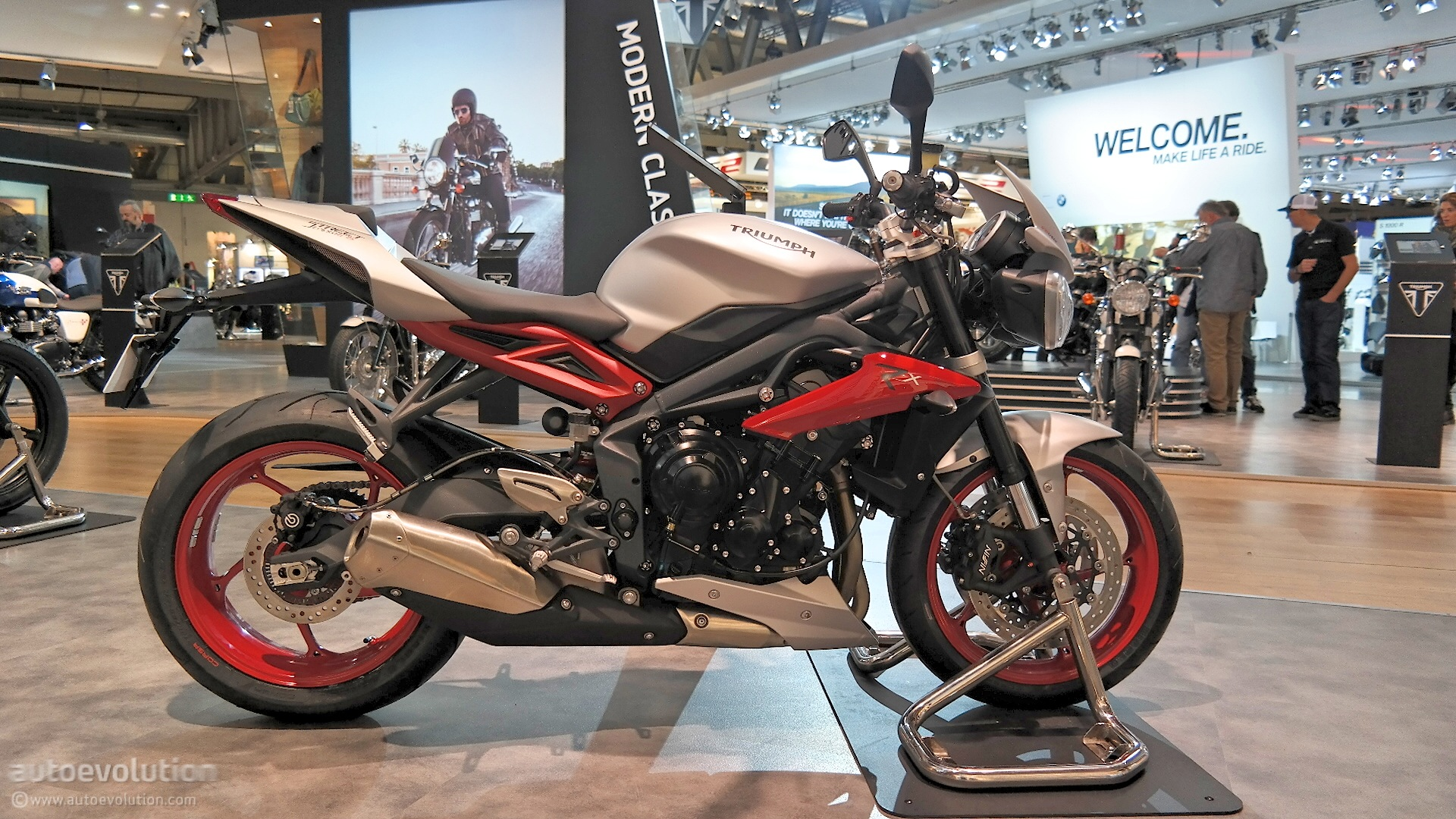 2015 triumph street triple 675rx mixes old and new at eicma 2014 live photos autoevolution. Black Bedroom Furniture Sets. Home Design Ideas