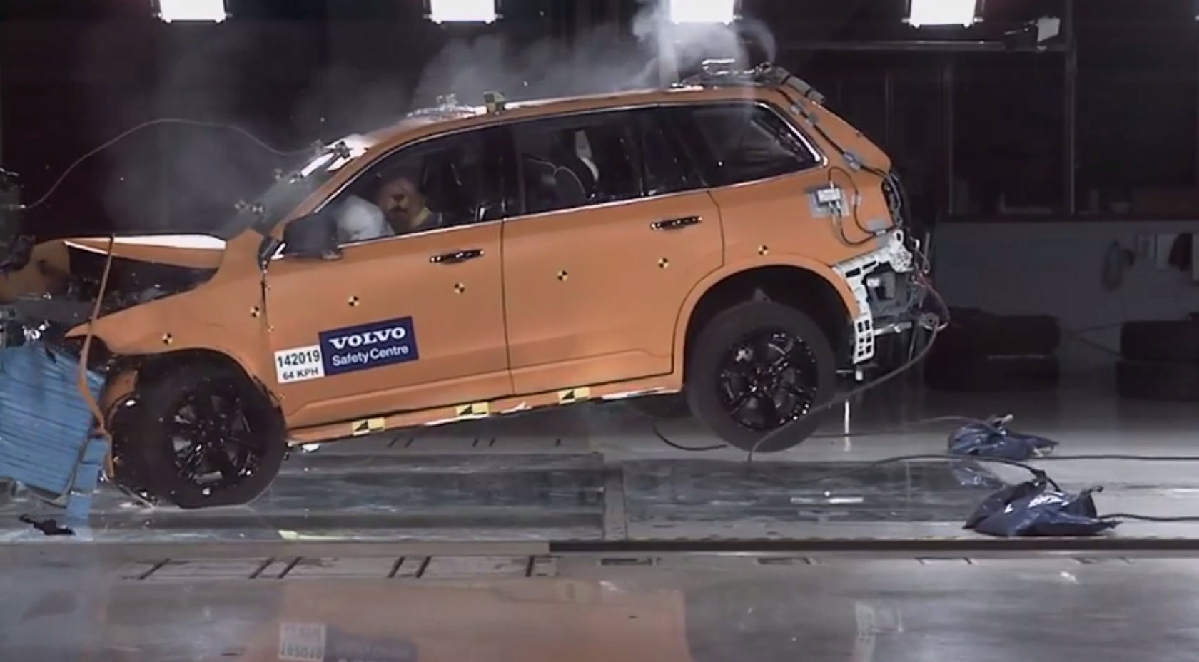 2015 volvo xc90 crash test footage reveals a very tough. Black Bedroom Furniture Sets. Home Design Ideas